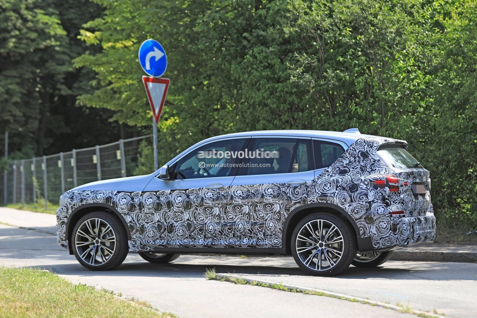 2016 - [BMW] X3 [G01] - Page 6 2018-bmw-x3-prototype-reveals-more-styling-cues-unveiling-imminent_6