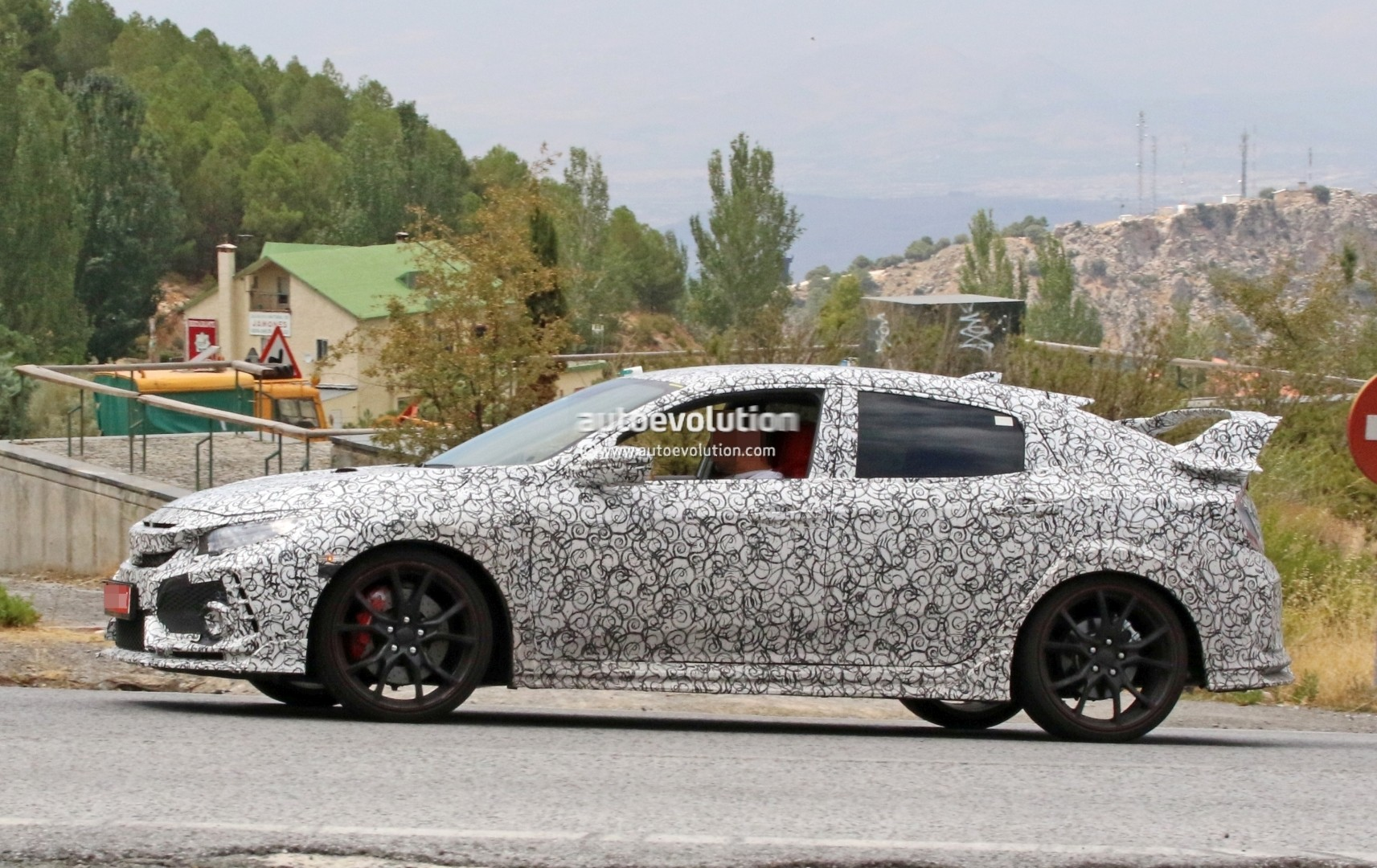 2017 - [Honda] Civic Hatchback [X] - Page 6 2018-honda-civic-type-r-spotted-in-spain-gets-closer-to-production_3