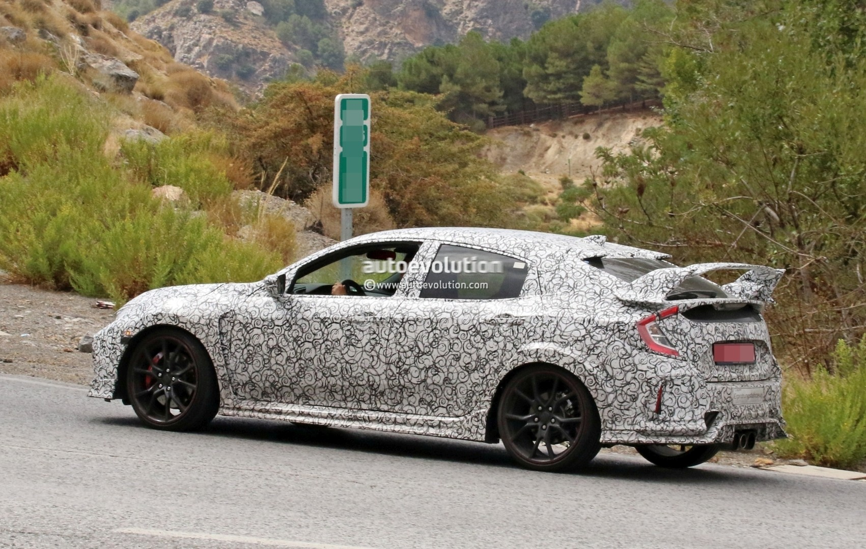 2017 - [Honda] Civic Hatchback [X] - Page 6 2018-honda-civic-type-r-spotted-in-spain-gets-closer-to-production_6