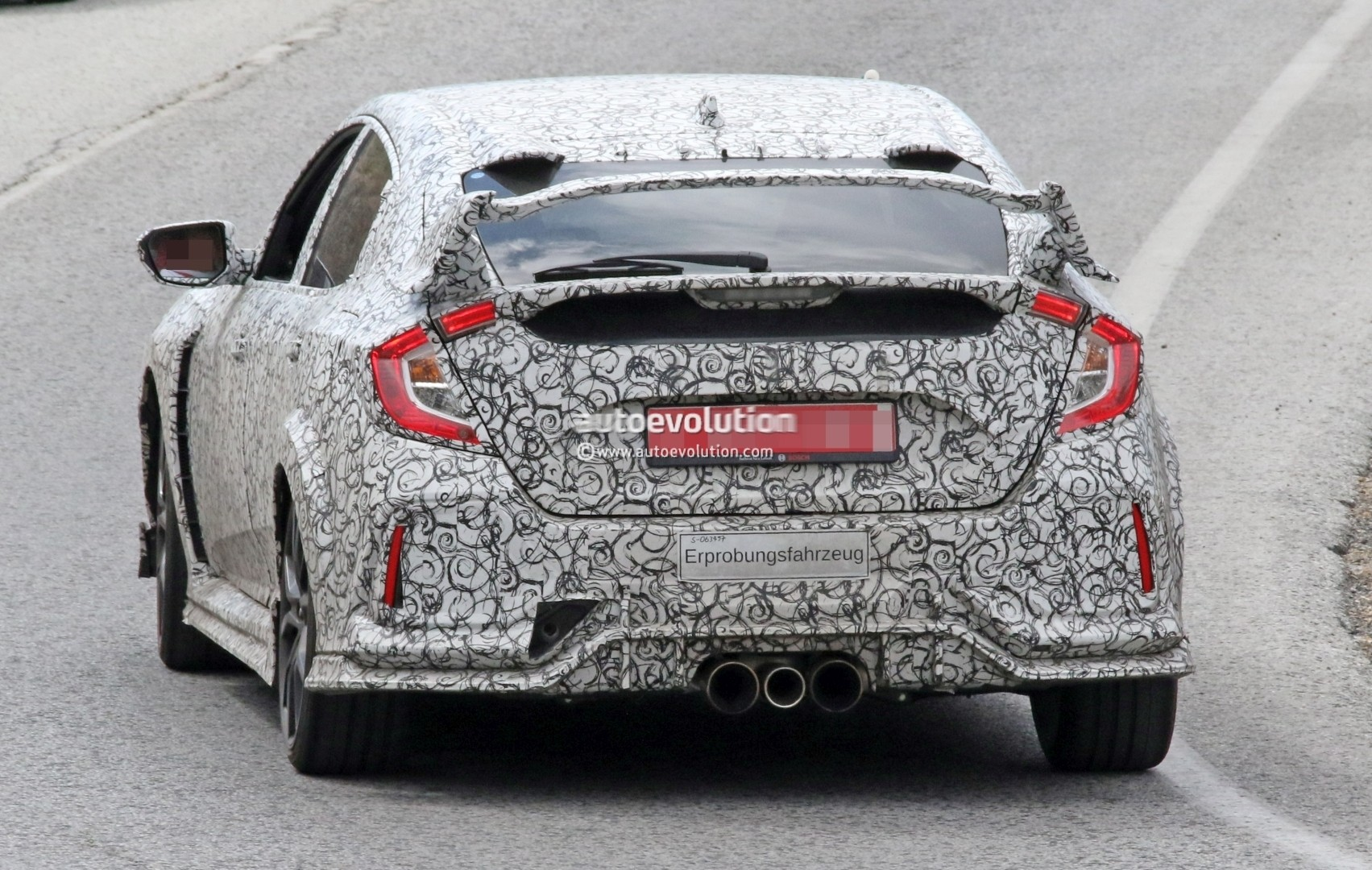 2017 - [Honda] Civic Hatchback [X] - Page 6 2018-honda-civic-type-r-spotted-in-spain-gets-closer-to-production_8