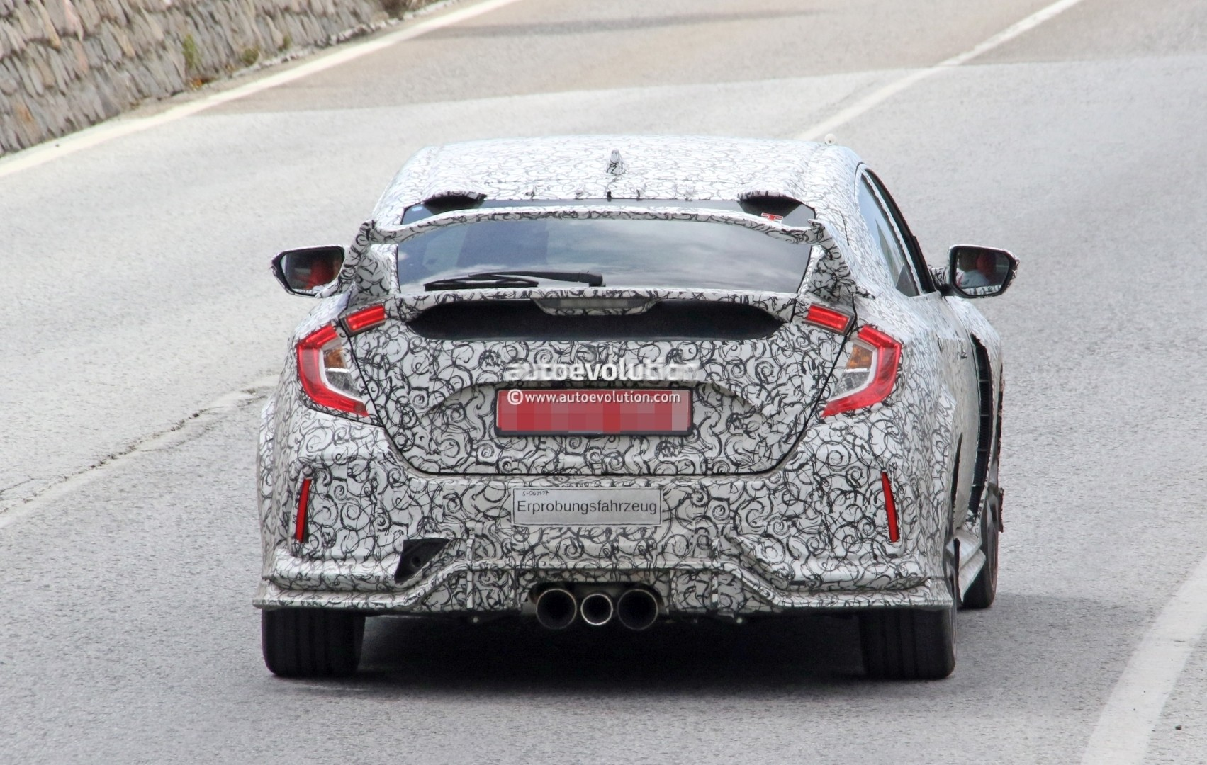 2017 - [Honda] Civic Hatchback [X] - Page 6 2018-honda-civic-type-r-spotted-in-spain-gets-closer-to-production_9