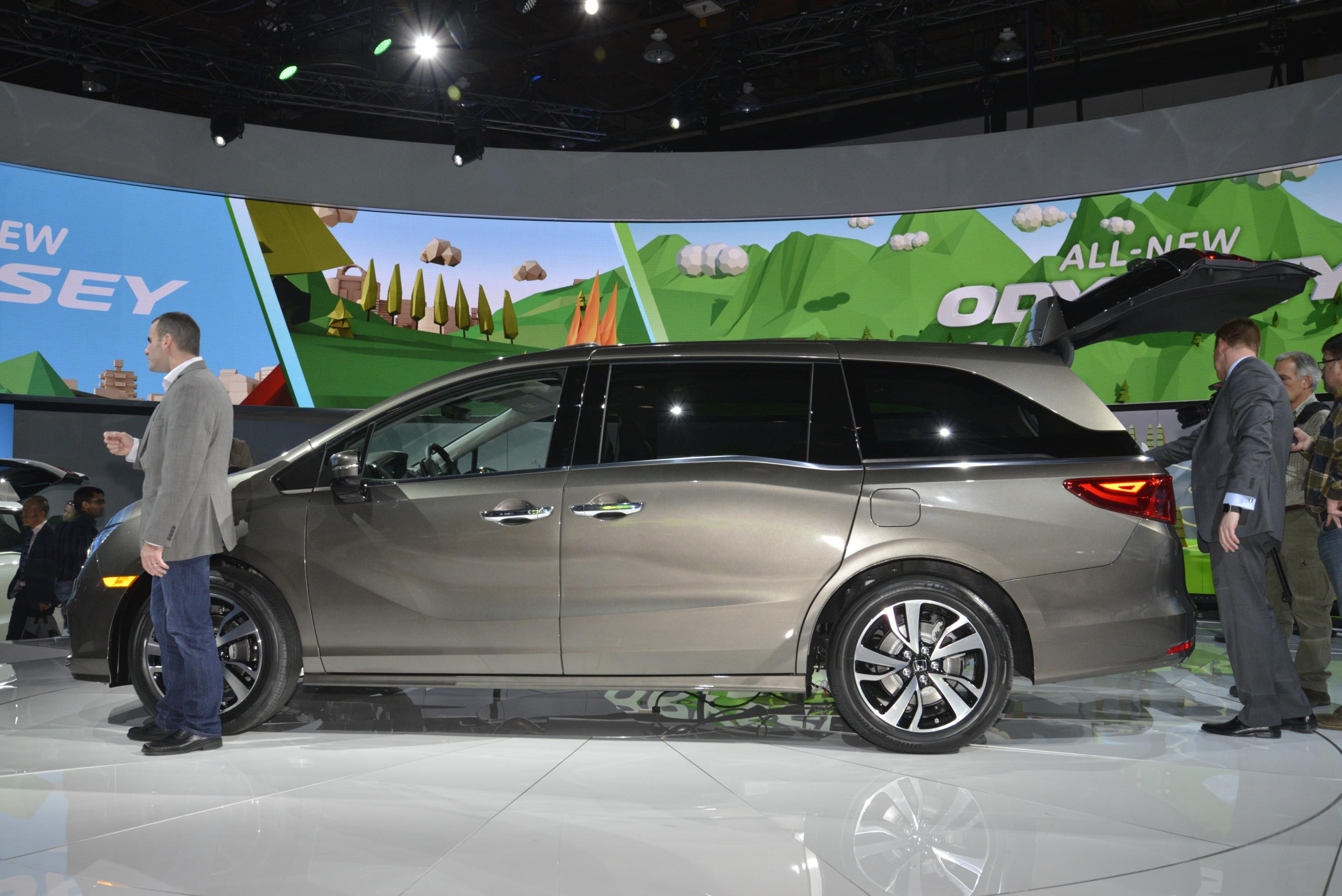 2018 Honda Odyssey Shows The Chrysler Pacifica How It's Done in ...