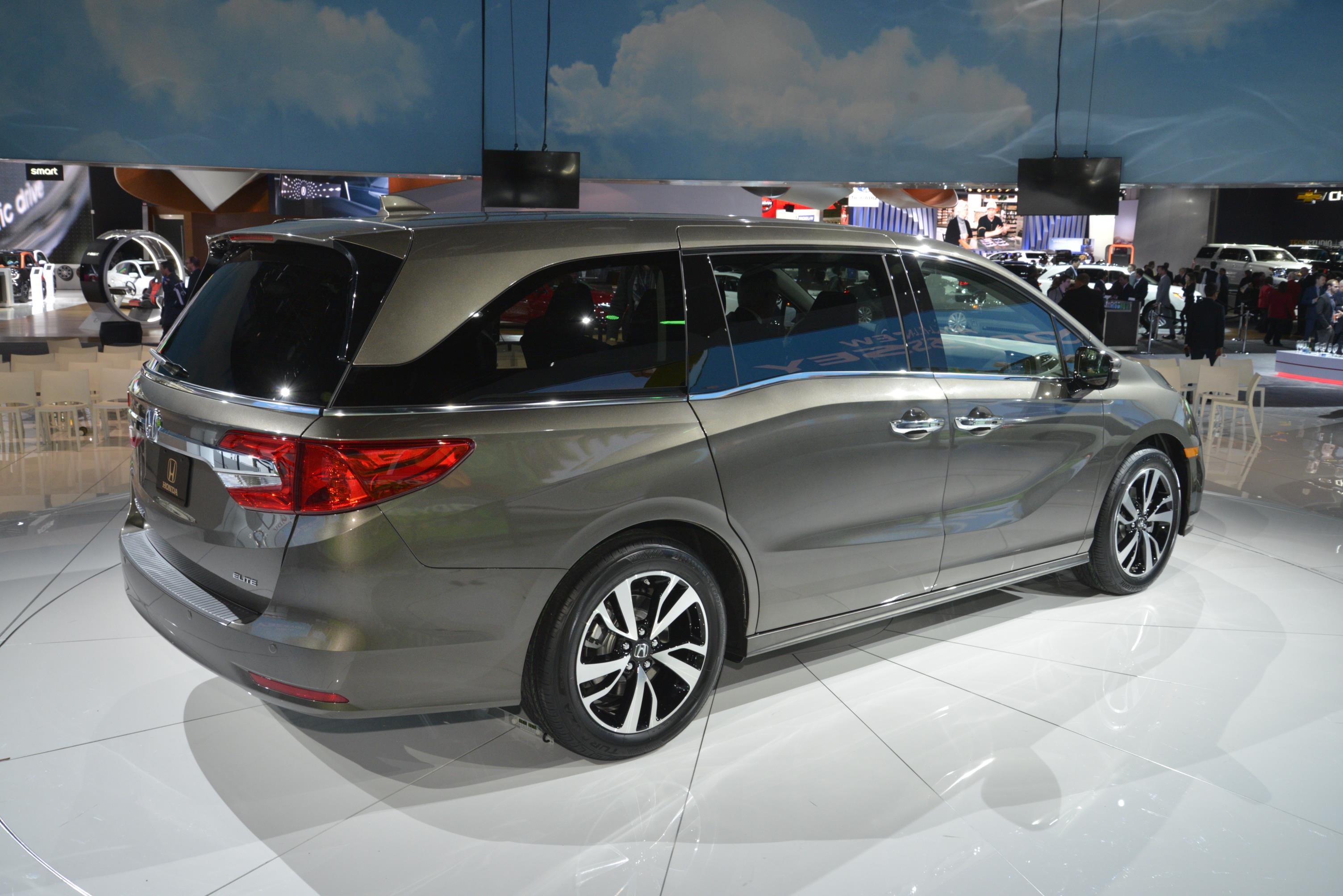 Coupe Vs Sedan Civic - 2018 Honda Odyssey Shows The Chrysler Pacifica How It's ...