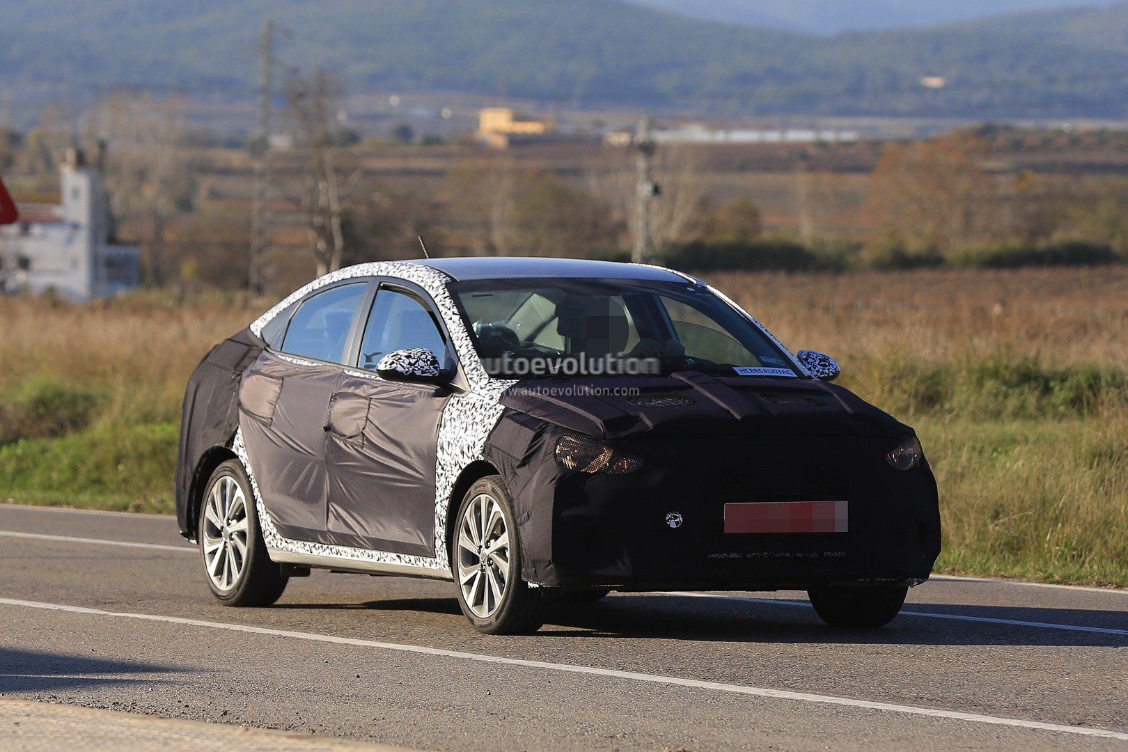 2017 - [Hyundai] Accent 2018-hyundai-accent-spied-in-europe-driver-isnt-happy-about-it_10