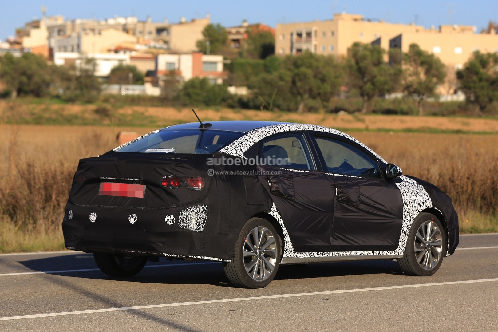 2017 - [Hyundai] Accent 2018-hyundai-accent-spied-in-europe-driver-isnt-happy-about-it_14