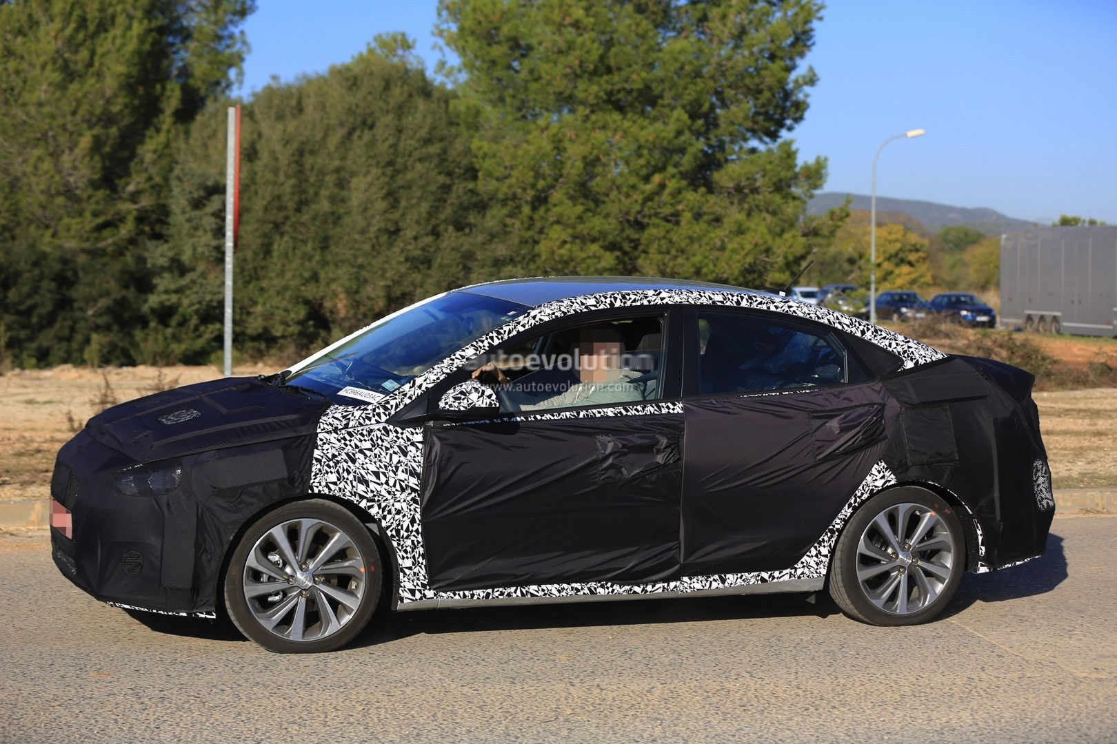 2017 - [Hyundai] Accent 2018-hyundai-accent-spied-in-europe-driver-isnt-happy-about-it_5