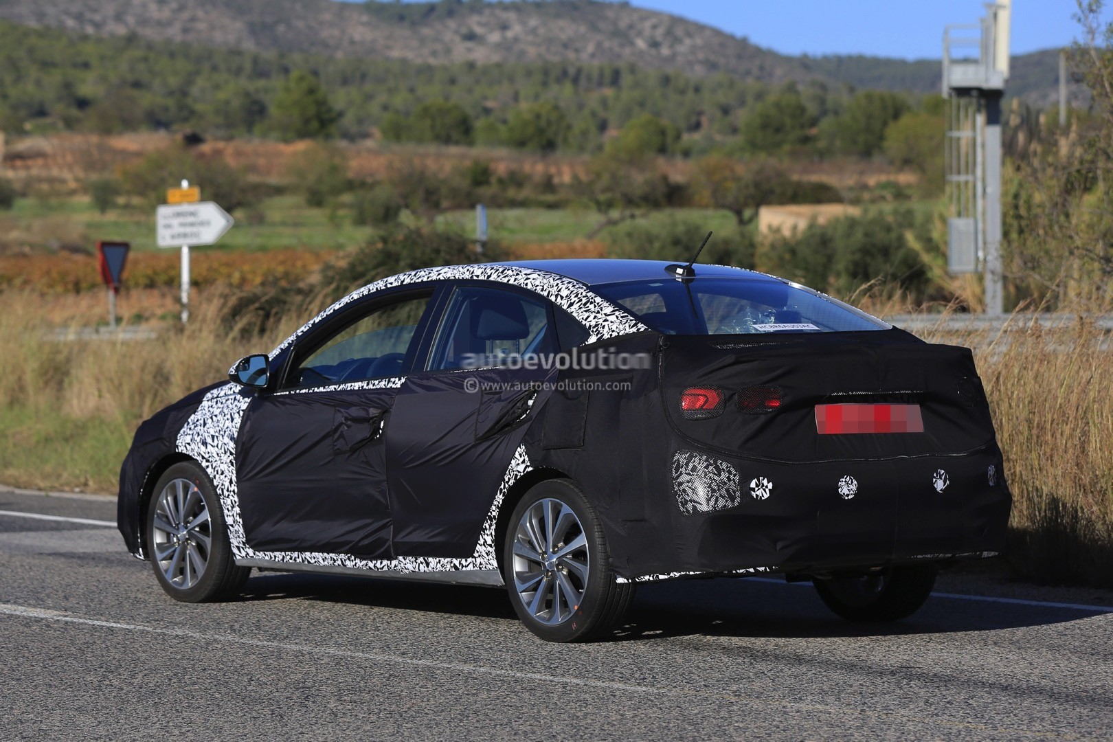 2017 - [Hyundai] Accent 2018-hyundai-accent-spied-in-europe-driver-isnt-happy-about-it_6