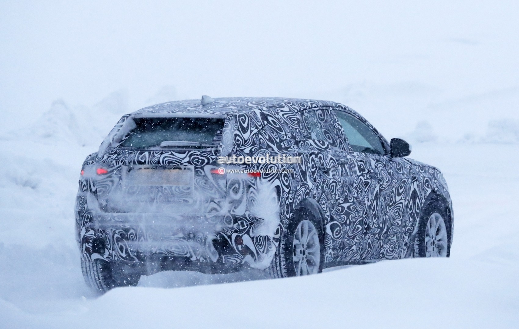 2017 - [Jaguar] E-Pace - Page 2 2018-jaguar-e-pace-spied-in-the-snow-could-become-quickest-selling-jaguar-ever_11