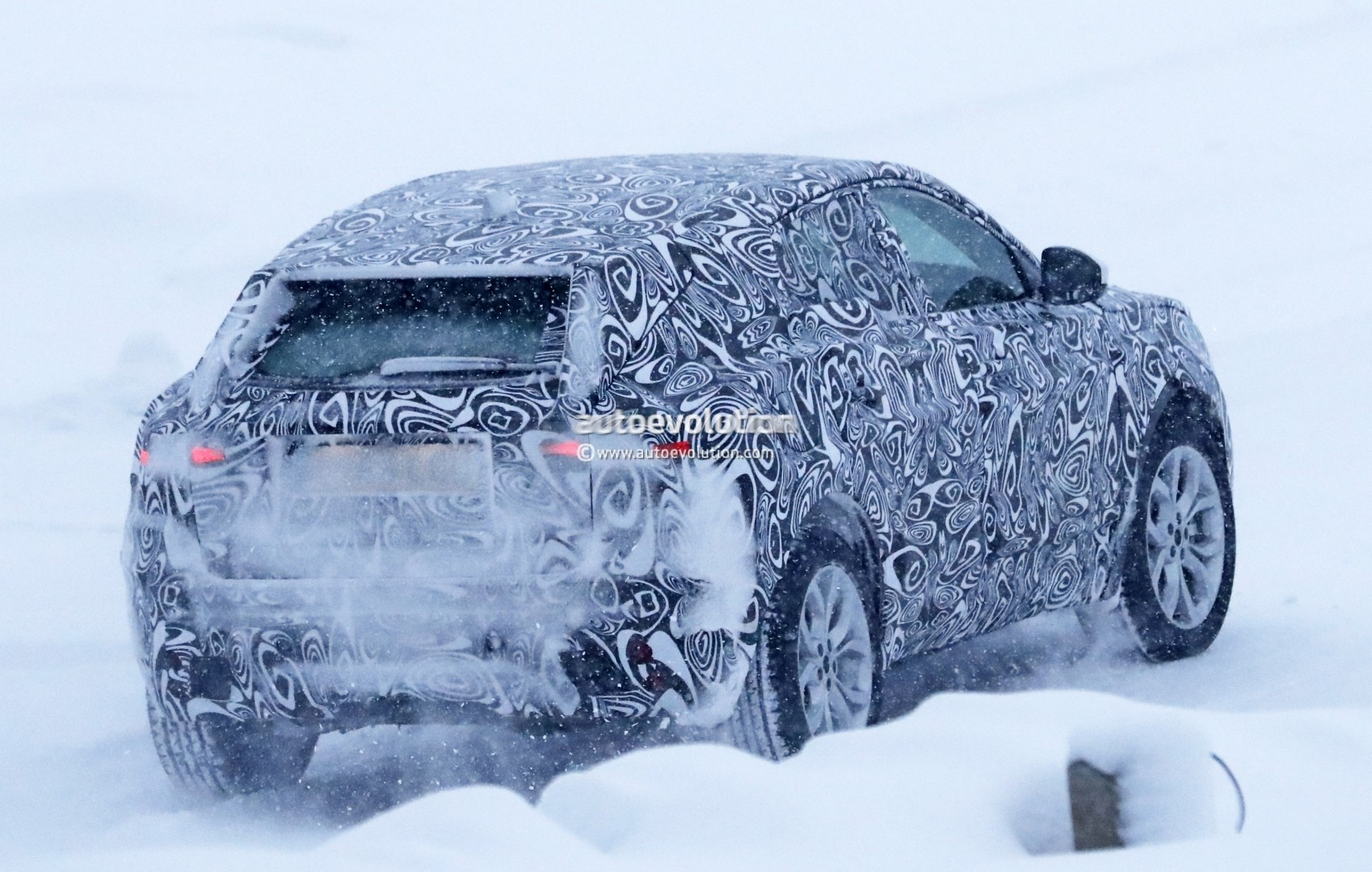 2017 - [Jaguar] E-Pace - Page 2 2018-jaguar-e-pace-spied-in-the-snow-could-become-quickest-selling-jaguar-ever_12