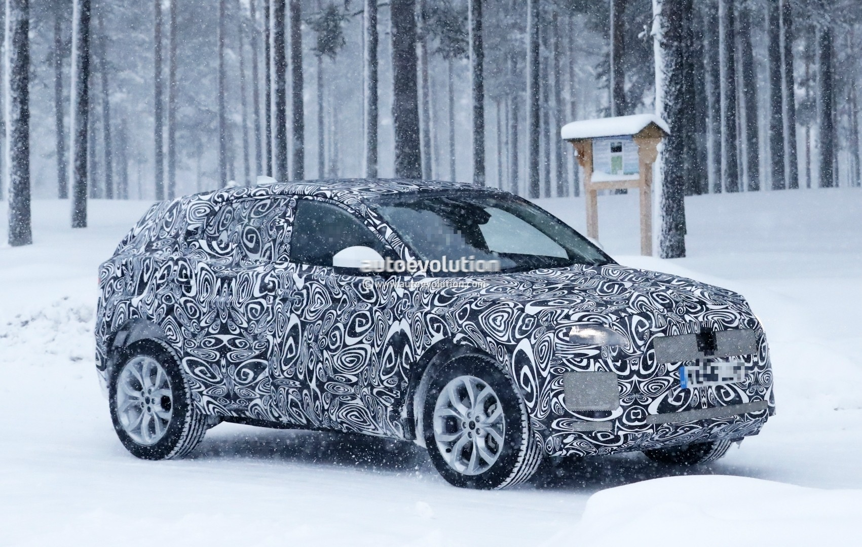 2017 - [Jaguar] E-Pace - Page 2 2018-jaguar-e-pace-spied-in-the-snow-could-become-quickest-selling-jaguar-ever_2