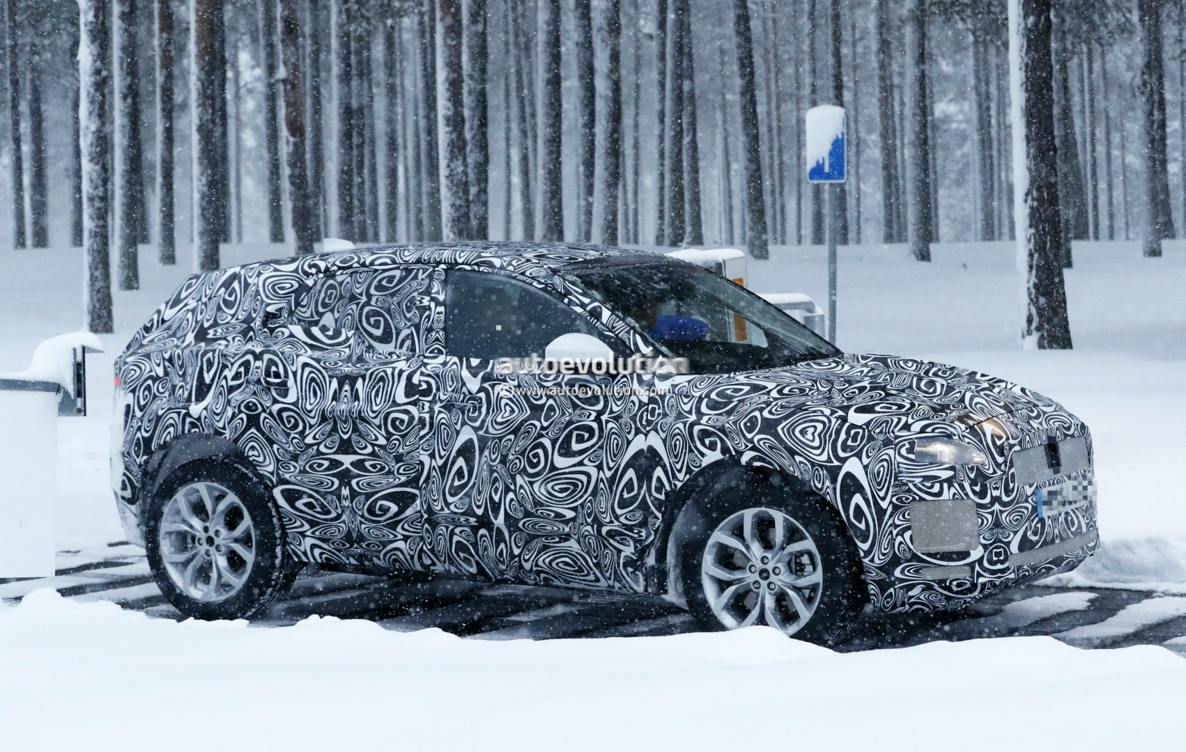2017 - [Jaguar] E-Pace - Page 2 2018-jaguar-e-pace-spied-in-the-snow-could-become-quickest-selling-jaguar-ever_3