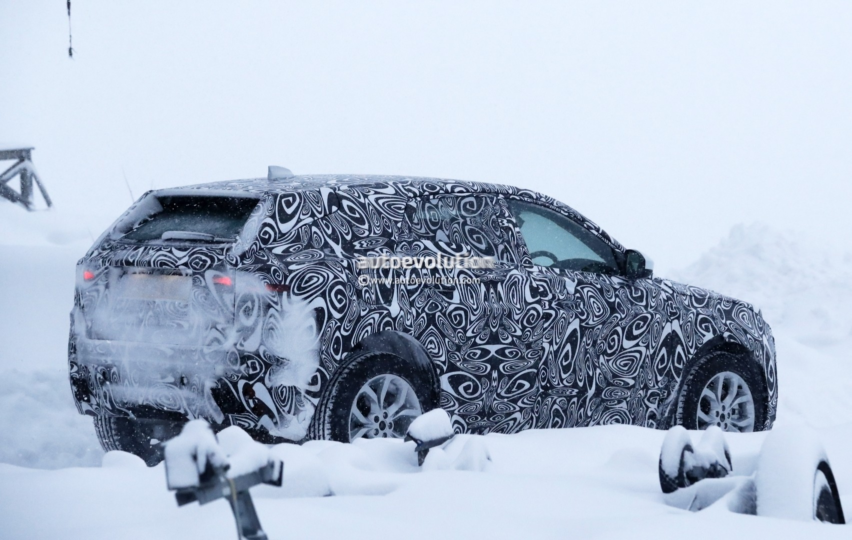 2017 - [Jaguar] E-Pace - Page 2 2018-jaguar-e-pace-spied-in-the-snow-could-become-quickest-selling-jaguar-ever_8