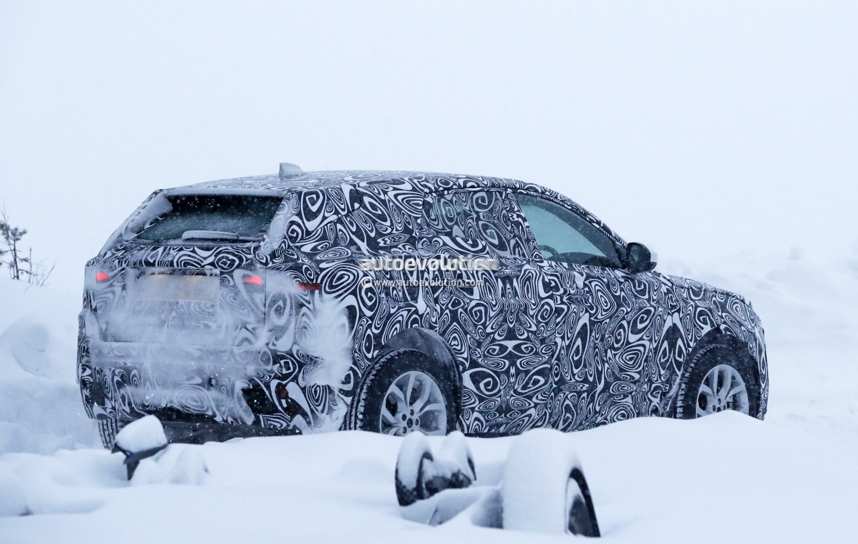 2017 - [Jaguar] E-Pace - Page 2 2018-jaguar-e-pace-spied-in-the-snow-could-become-quickest-selling-jaguar-ever_9