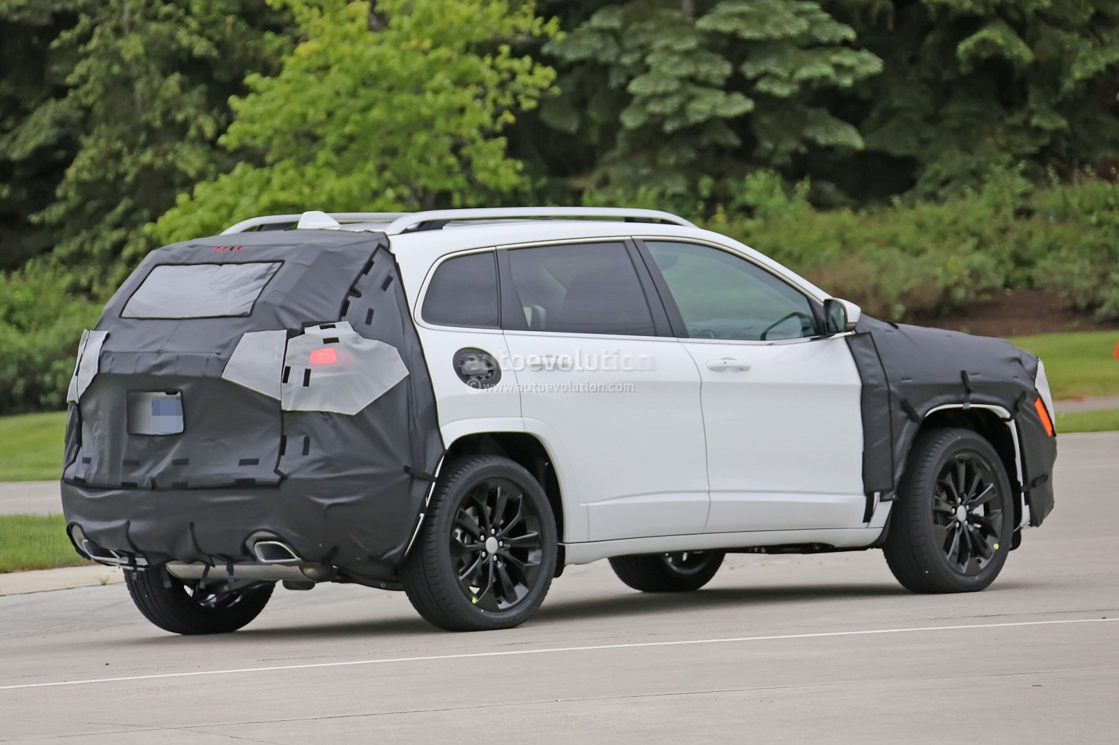 Maxresdefault as well Jeep Grand Cherokee together with Tesla Model S Interieur additionally Jeep Cherokee Limited Diesel Bright White besides Jeep Cherokee Console. on trackhawk jeep grand cherokee