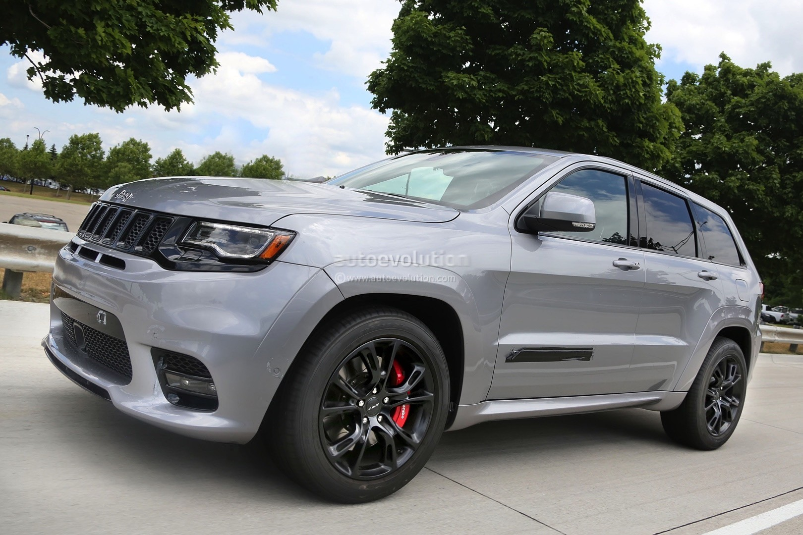 2018 jeep grand cherokee trackhawk spied looks ready to pounce autoevolution. Black Bedroom Furniture Sets. Home Design Ideas
