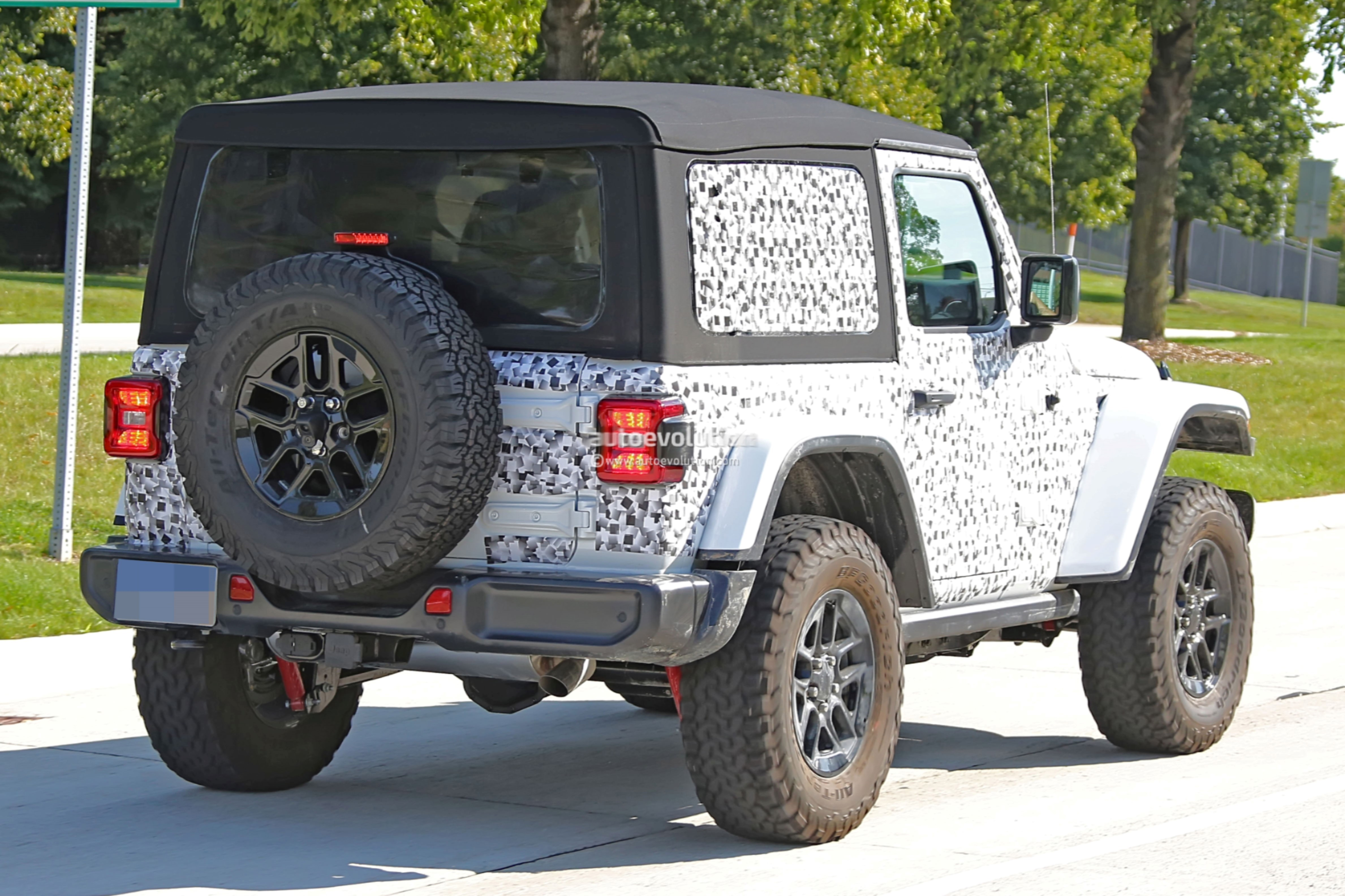 2018 - [Jeep] Wrangler - Page 3 2018-jeep-wrangler-jl-reveals-grille-and-headlights-in-newest-spy-photos_11