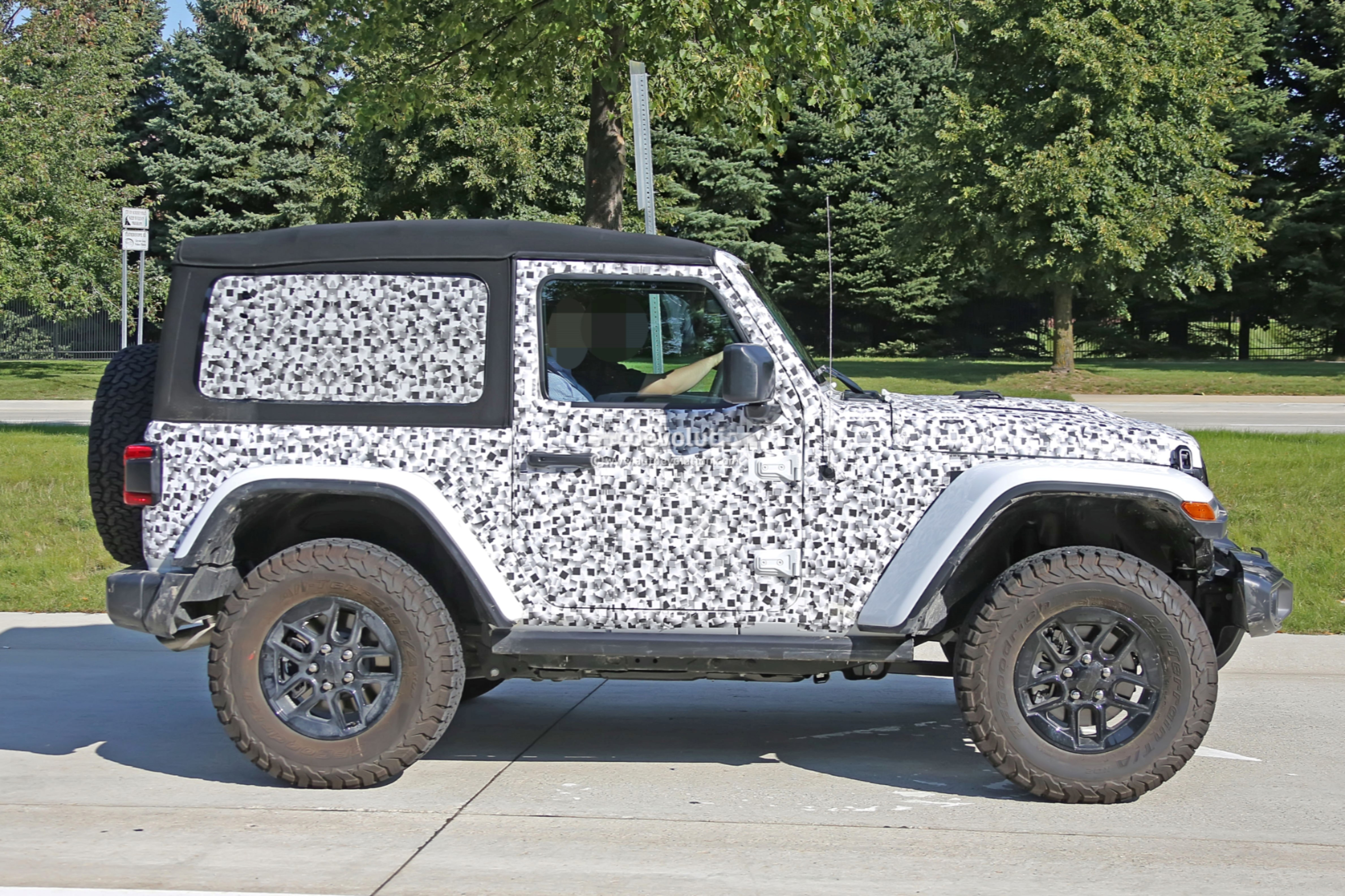 2018 - [Jeep] Wrangler - Page 3 2018-jeep-wrangler-jl-reveals-grille-and-headlights-in-newest-spy-photos_12