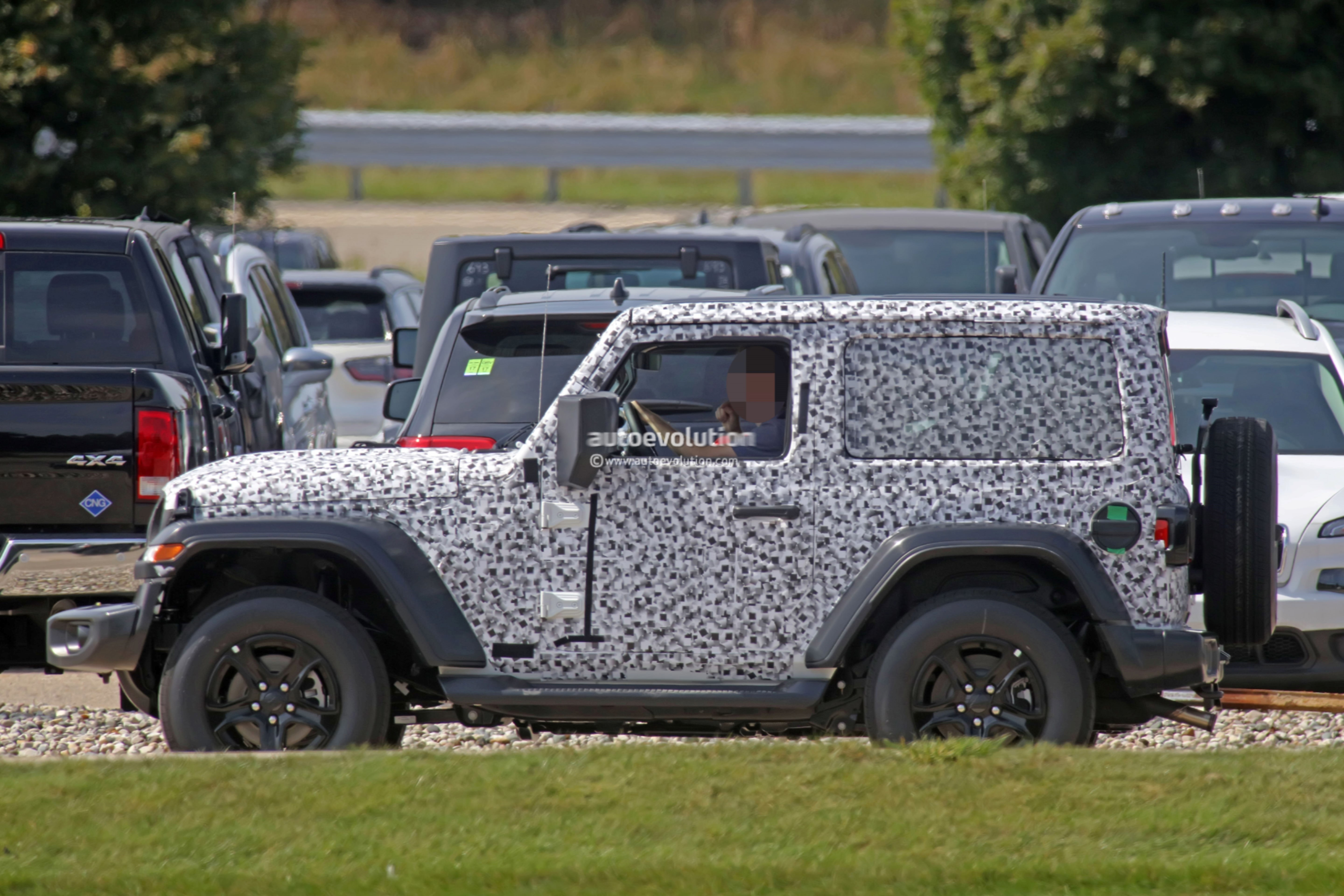 2018 - [Jeep] Wrangler - Page 3 2018-jeep-wrangler-jl-reveals-grille-and-headlights-in-newest-spy-photos_17