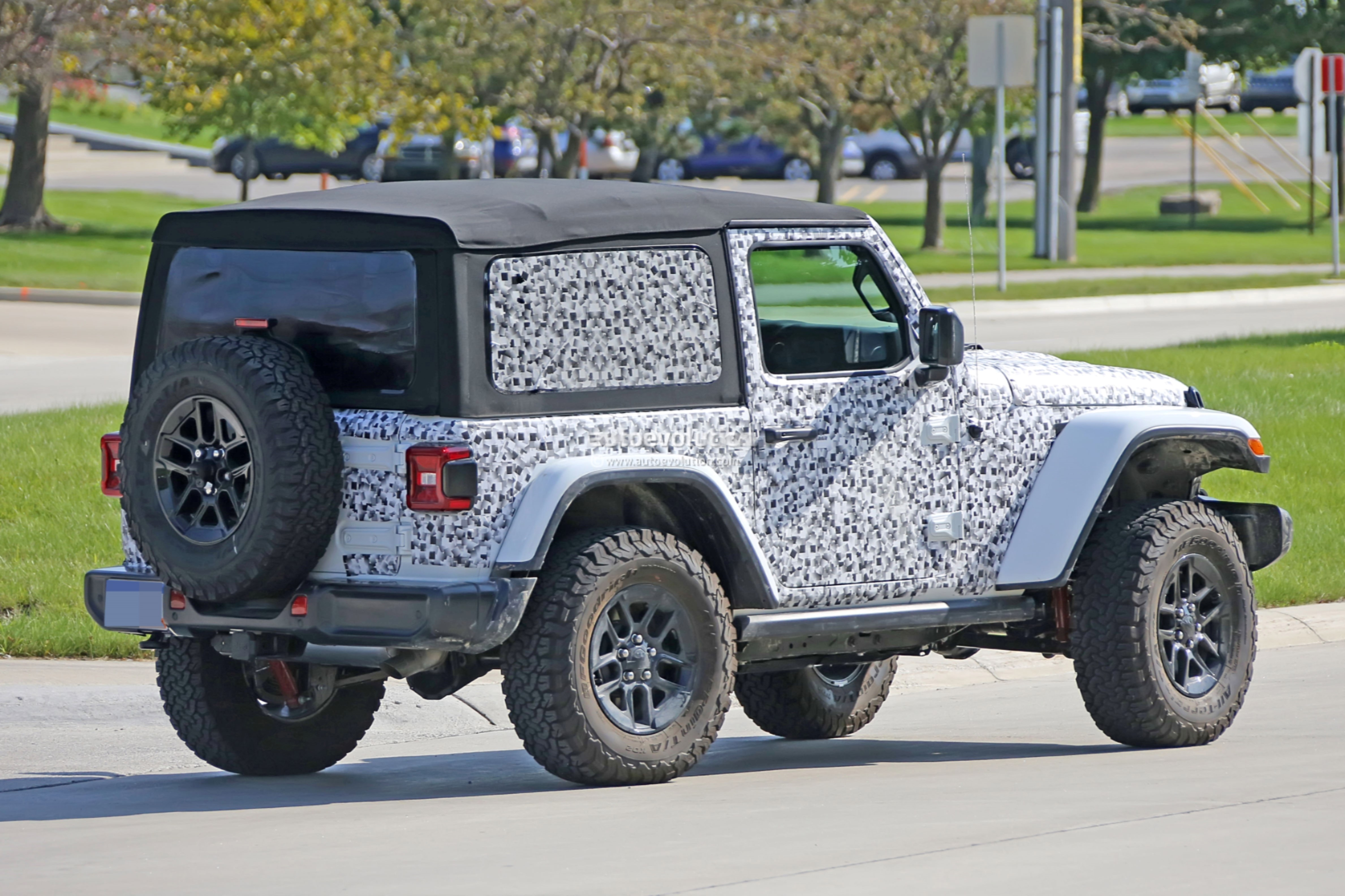 2018 - [Jeep] Wrangler - Page 3 2018-jeep-wrangler-jl-reveals-grille-and-headlights-in-newest-spy-photos_9