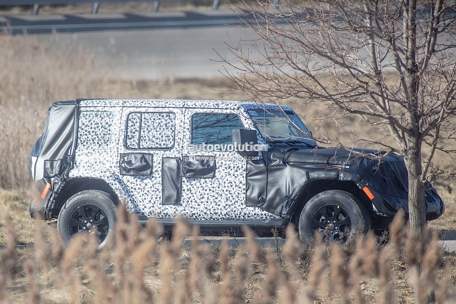 2018 - [Jeep] Wrangler - Page 2 2018-jeep-wrangler-jl-sheds-some-camo-during-final-testing_1