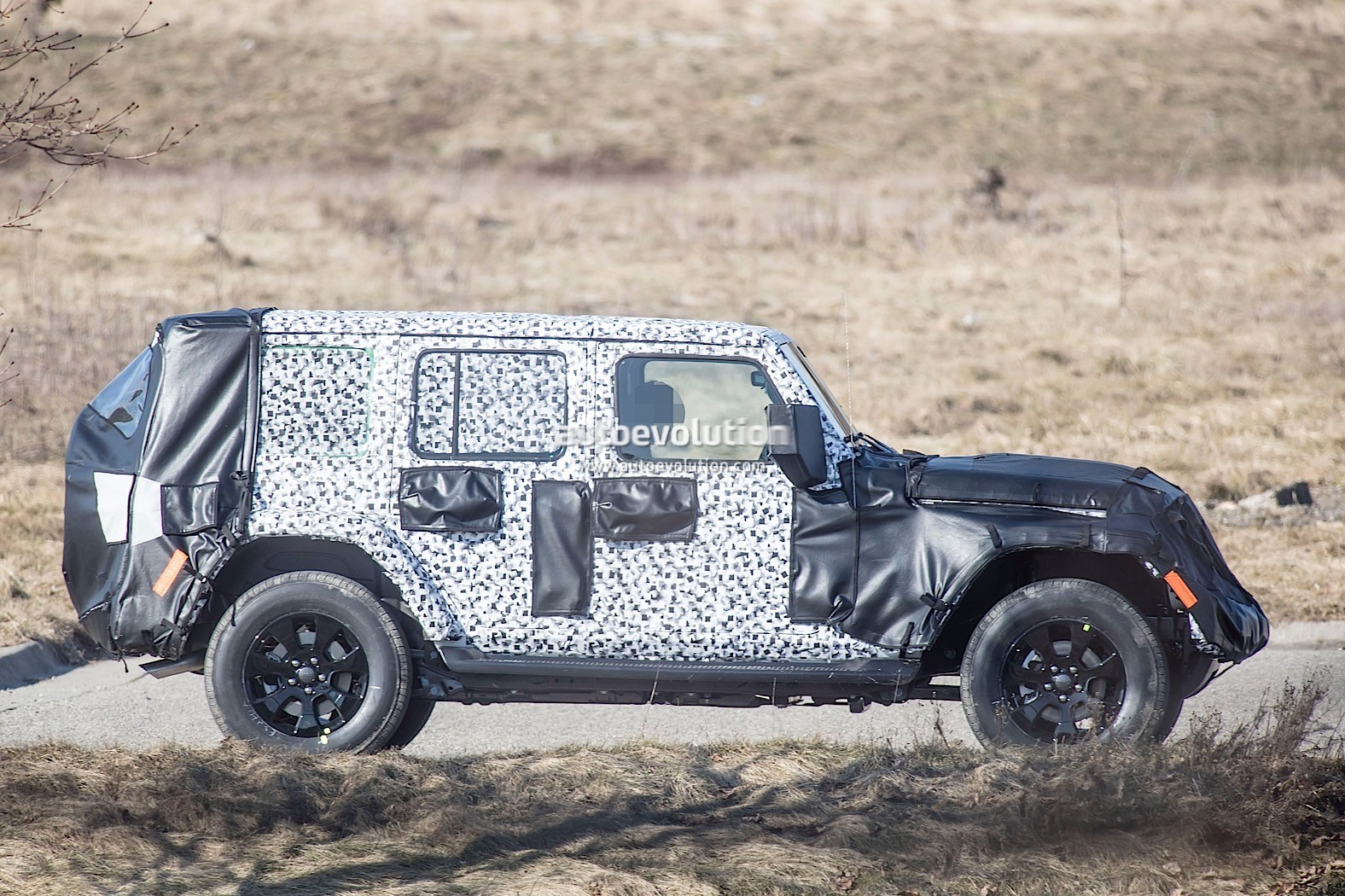 2018 - [Jeep] Wrangler - Page 2 2018-jeep-wrangler-jl-sheds-some-camo-during-final-testing_2