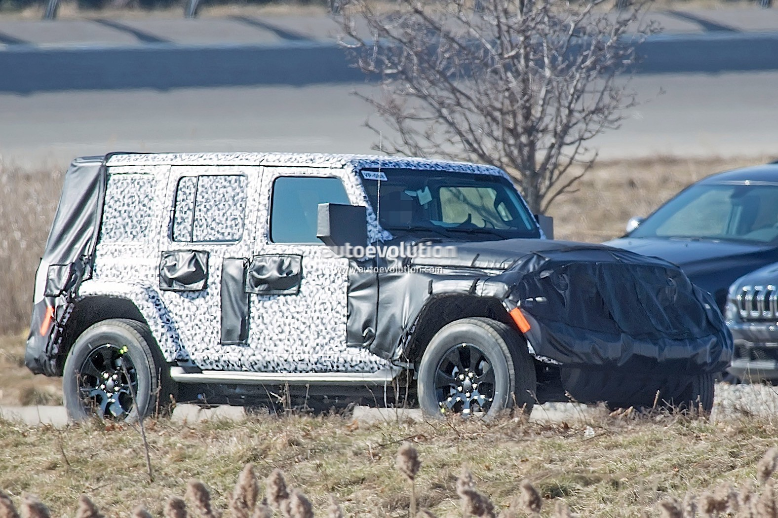 2018 - [Jeep] Wrangler - Page 2 2018-jeep-wrangler-jl-sheds-some-camo-during-final-testing_3