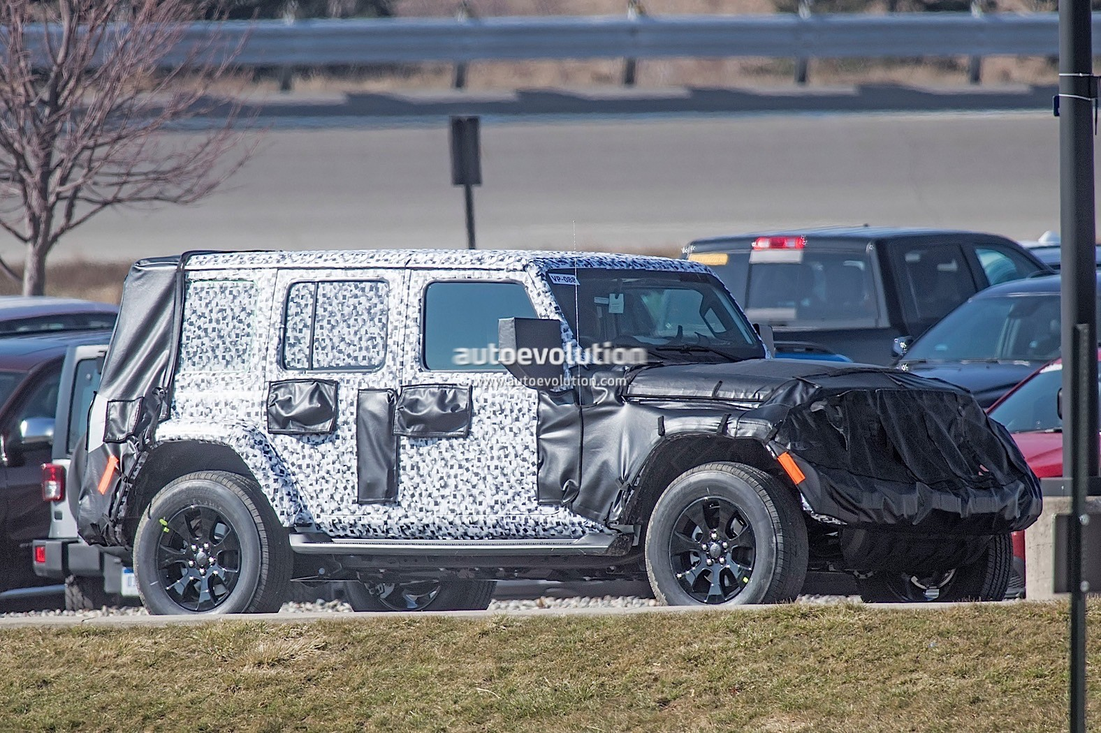 2018 - [Jeep] Wrangler - Page 2 2018-jeep-wrangler-jl-sheds-some-camo-during-final-testing_4