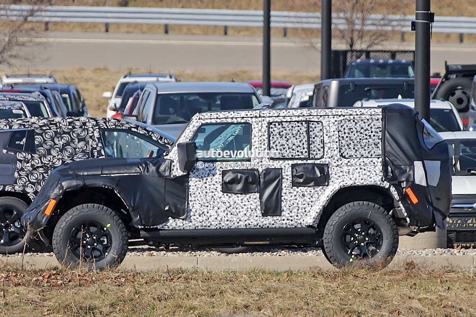 2018 - [Jeep] Wrangler - Page 2 2018-jeep-wrangler-jl-sheds-some-camo-during-final-testing_7