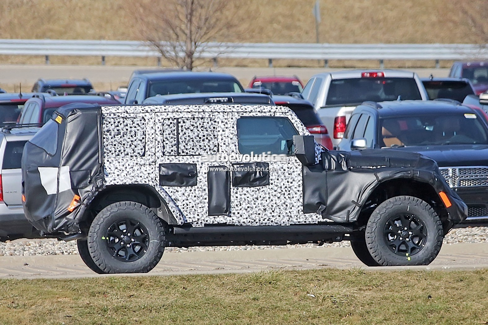 2018 - [Jeep] Wrangler - Page 2 2018-jeep-wrangler-jl-sheds-some-camo-during-final-testing_9