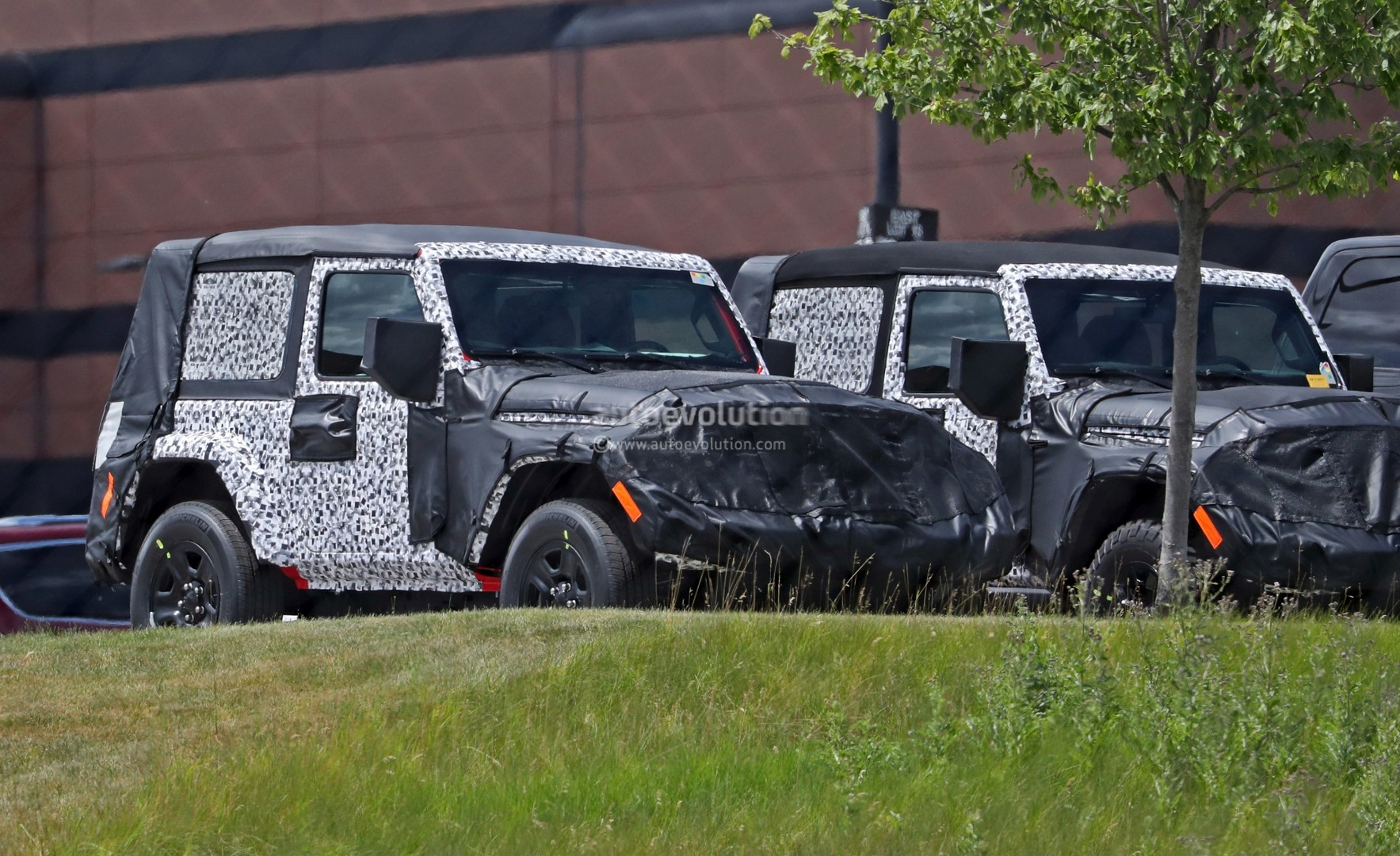 2018 jeep wrangler jl two door spied shows hardtop and soft top versions autoevolution. Black Bedroom Furniture Sets. Home Design Ideas