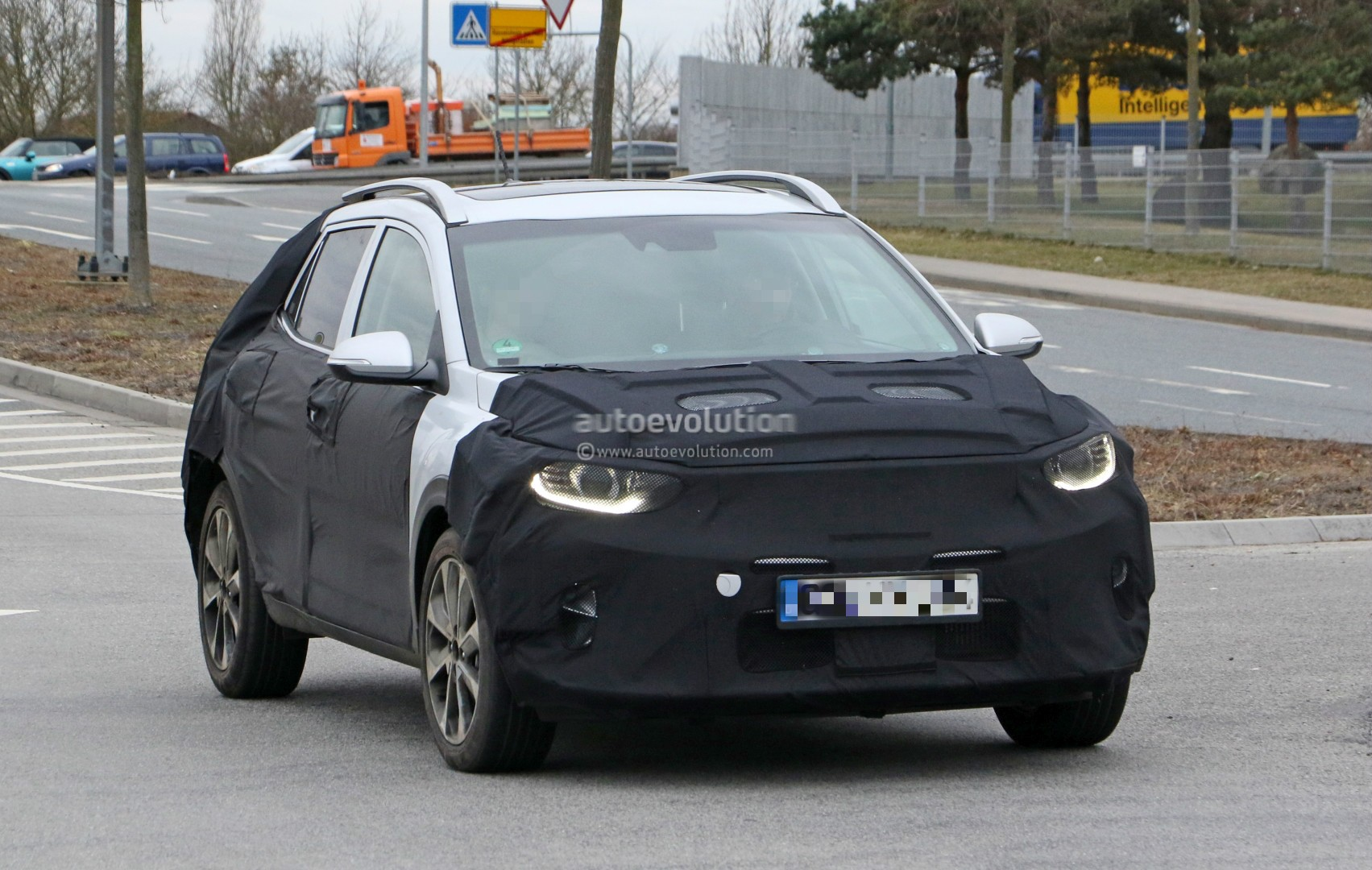 2017 - [Kia] Stonic 2018-kia-stonic-spied-up-close-in-germany-shows-sexy-production-lights_3