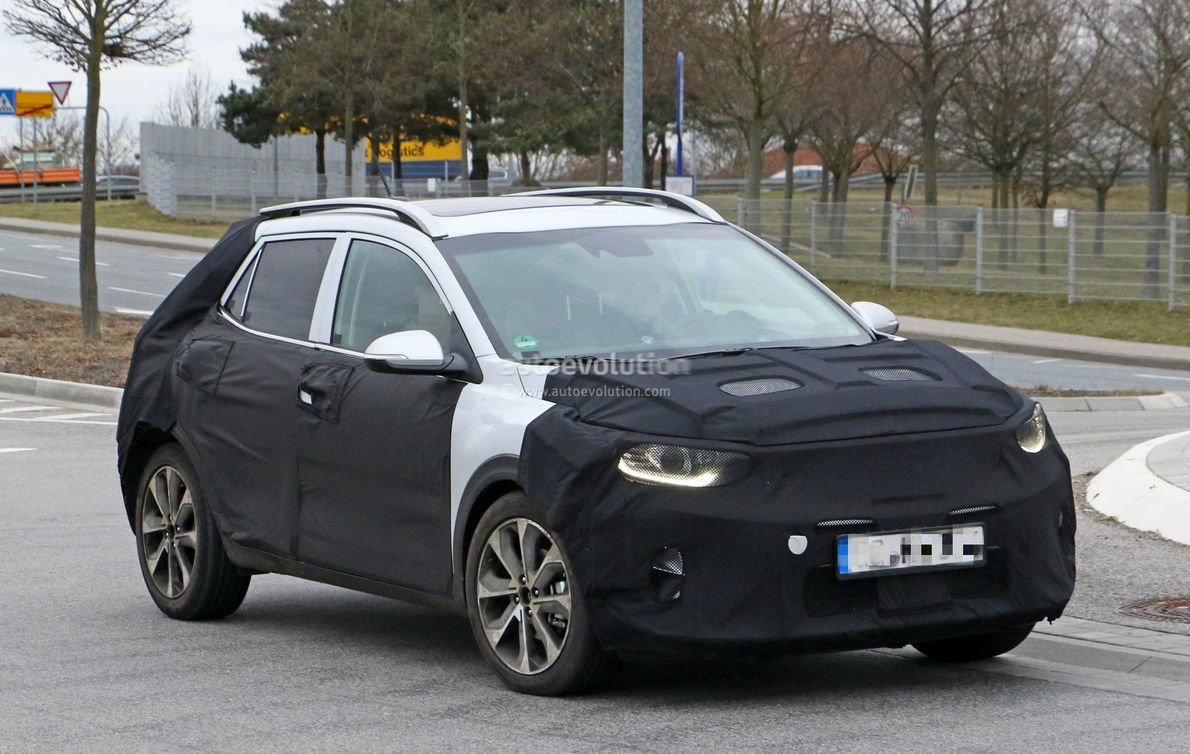 2017 - [Kia] Stonic 2018-kia-stonic-spied-up-close-in-germany-shows-sexy-production-lights_4