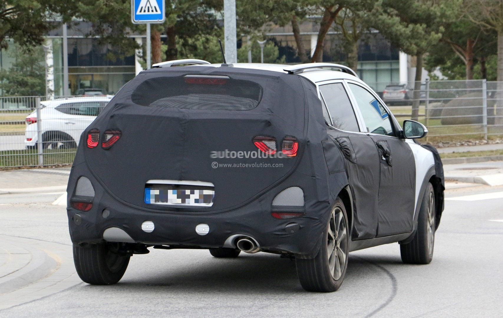 2017 - [Kia] Stonic 2018-kia-stonic-spied-up-close-in-germany-shows-sexy-production-lights_9