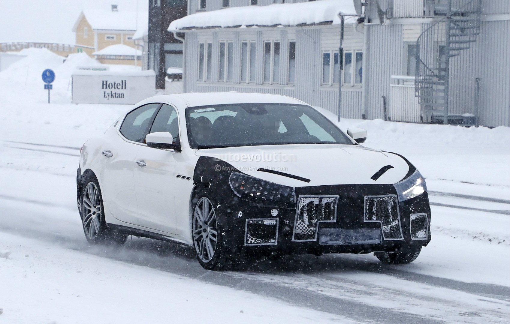 https://s1.cdn.autoevolution.com/images/news/gallery/2018-maserati-ghibli-spied-in-sweden-angry-look-prototype-hides-a-meaner-grille_3.jpg