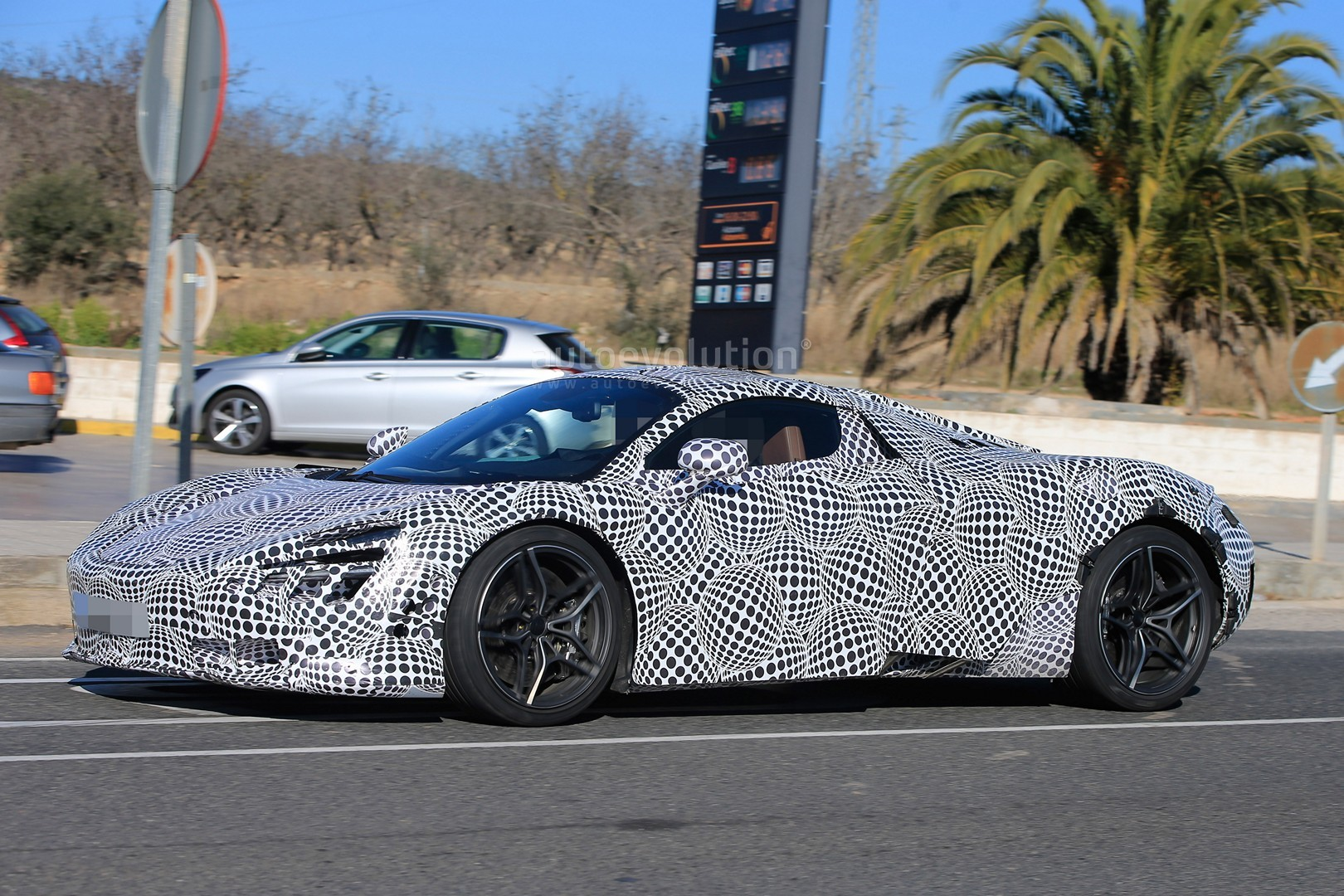 2018 Mclaren 720s P14 Spied With Black And White Camouflage Autoevolution