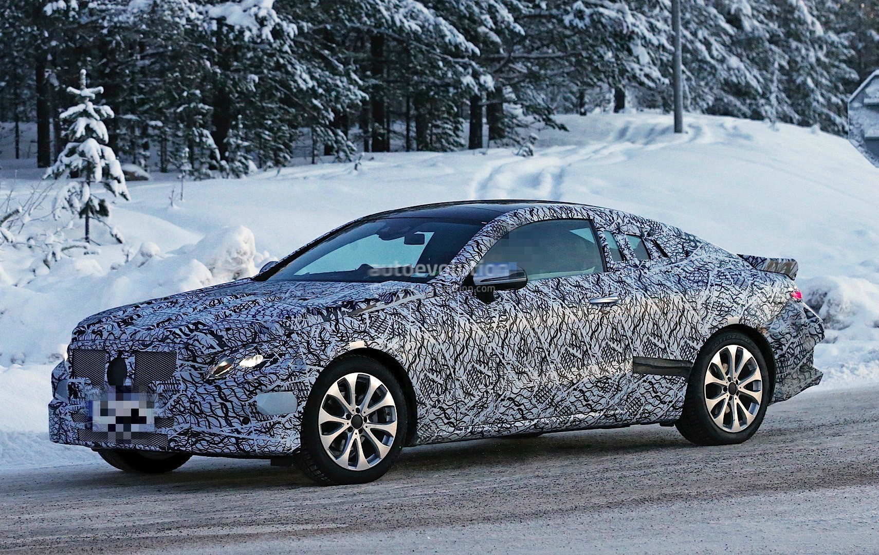 2018-mercedes-benz-e-class-coupe-enjoying-some-camera-time-ahead-of-its-launch_5