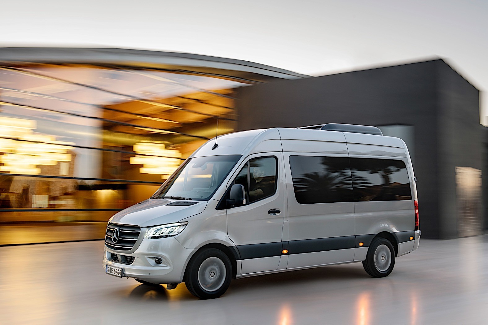 Mercedes benz sprinter based rv reviewed by autoblog for Mercedes benz sprinter camper van