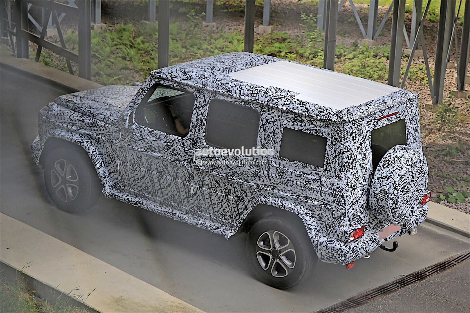 2017 - [Mercedes-Benz] Classe G II - Page 2 2018-mercedes-g-class-prototype-spied-on-the-road-sounds-like-a-v8_9