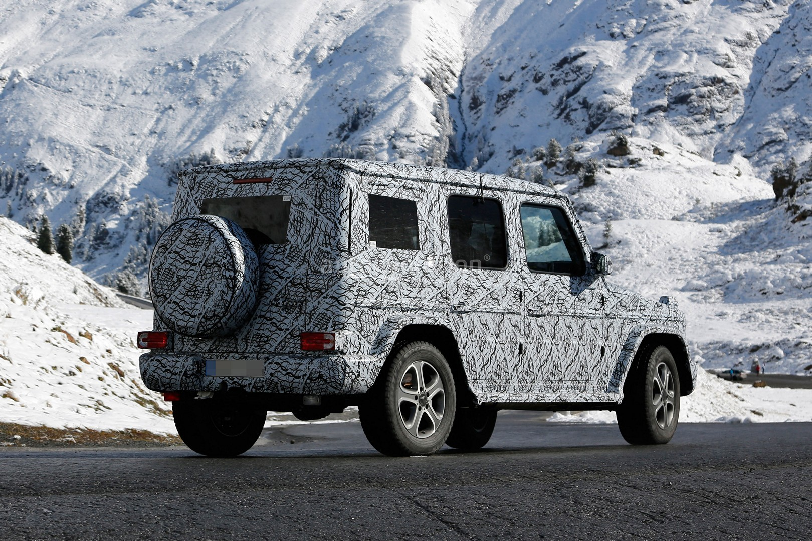 2017 - [Mercedes-Benz] Classe G II - Page 2 2018-mercedes-g-class-sees-snow-gets-ready-for-winter-testing_10
