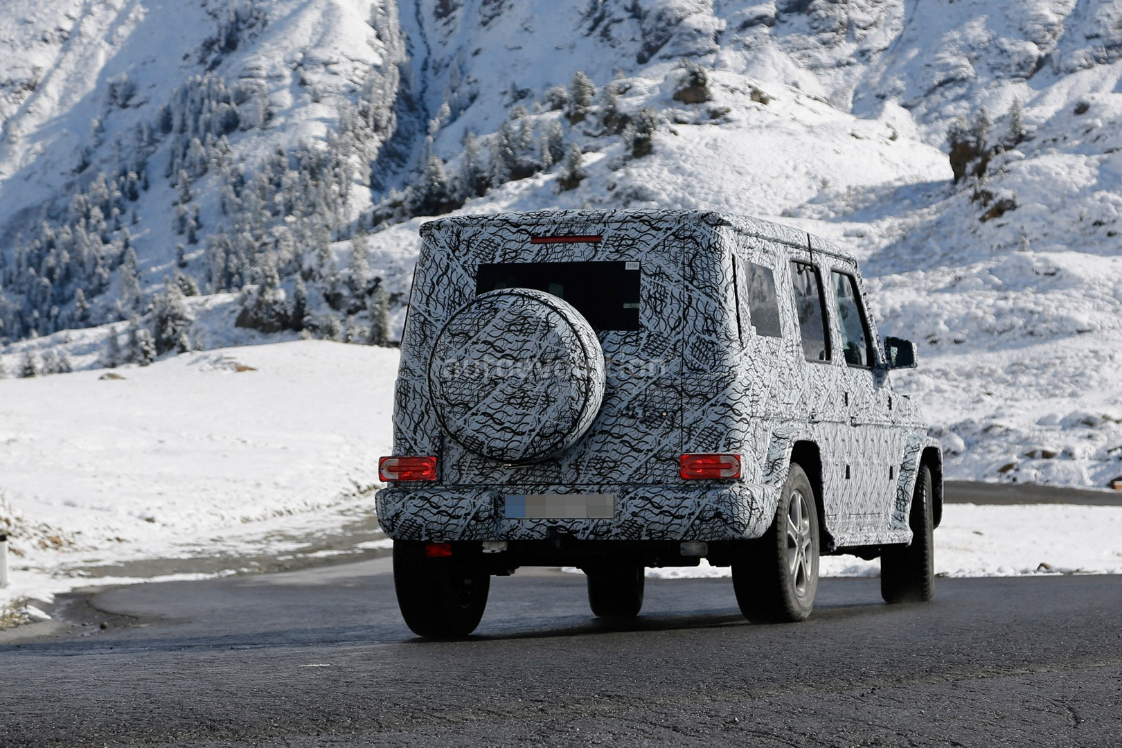 2017 - [Mercedes-Benz] Classe G II - Page 2 2018-mercedes-g-class-sees-snow-gets-ready-for-winter-testing_11