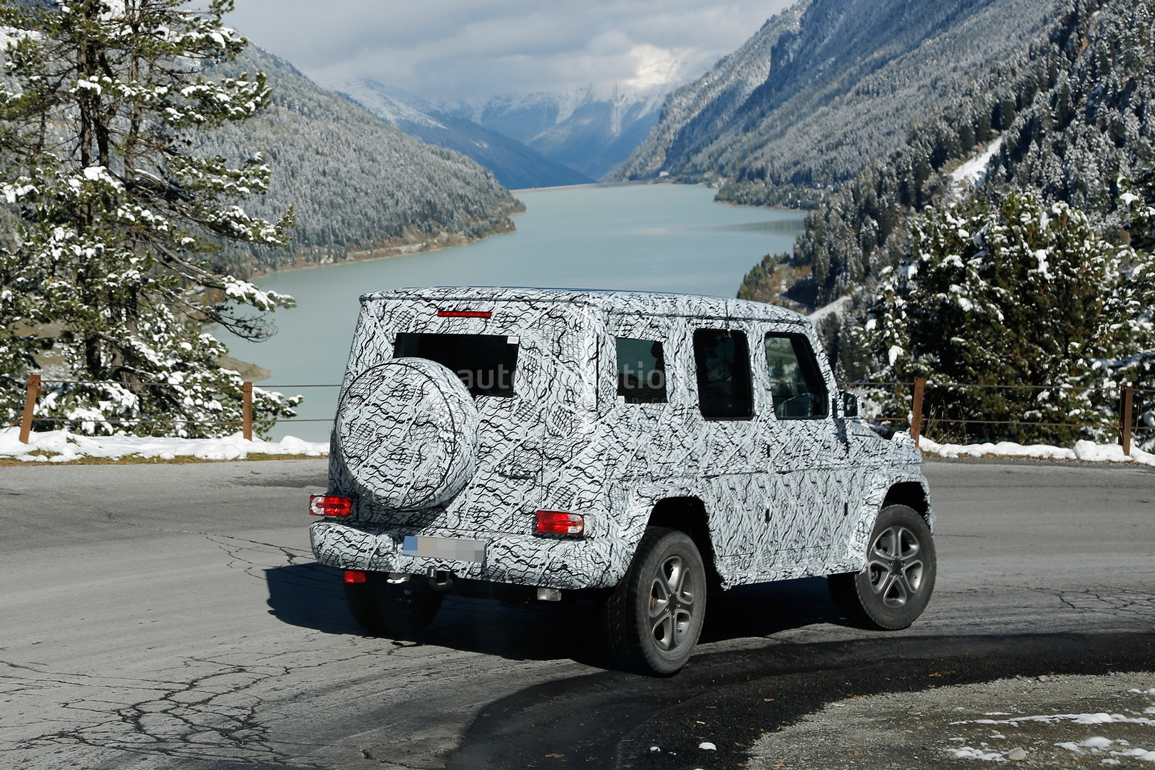 2017 - [Mercedes-Benz] Classe G II - Page 2 2018-mercedes-g-class-sees-snow-gets-ready-for-winter-testing_15