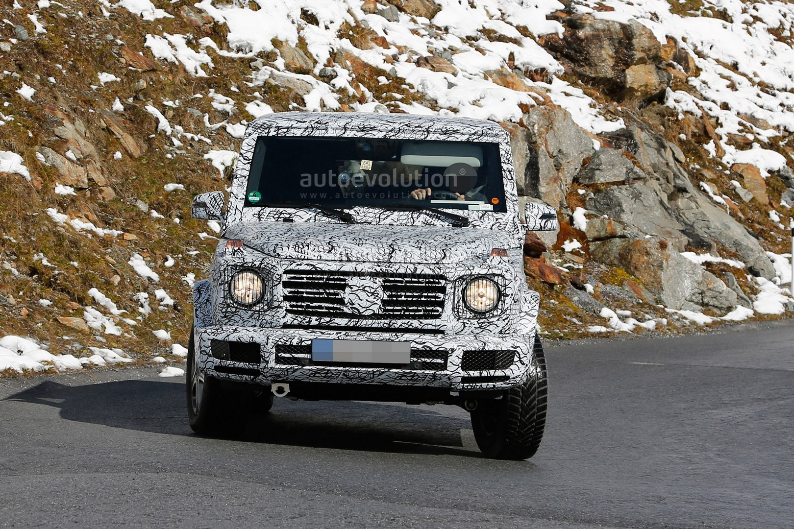 2017 - [Mercedes-Benz] Classe G II - Page 2 2018-mercedes-g-class-sees-snow-gets-ready-for-winter-testing_3