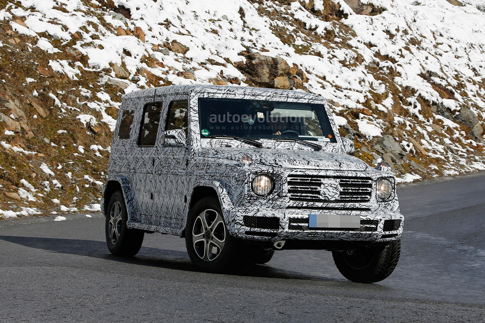 2017 - [Mercedes-Benz] Classe G II - Page 2 2018-mercedes-g-class-sees-snow-gets-ready-for-winter-testing_4