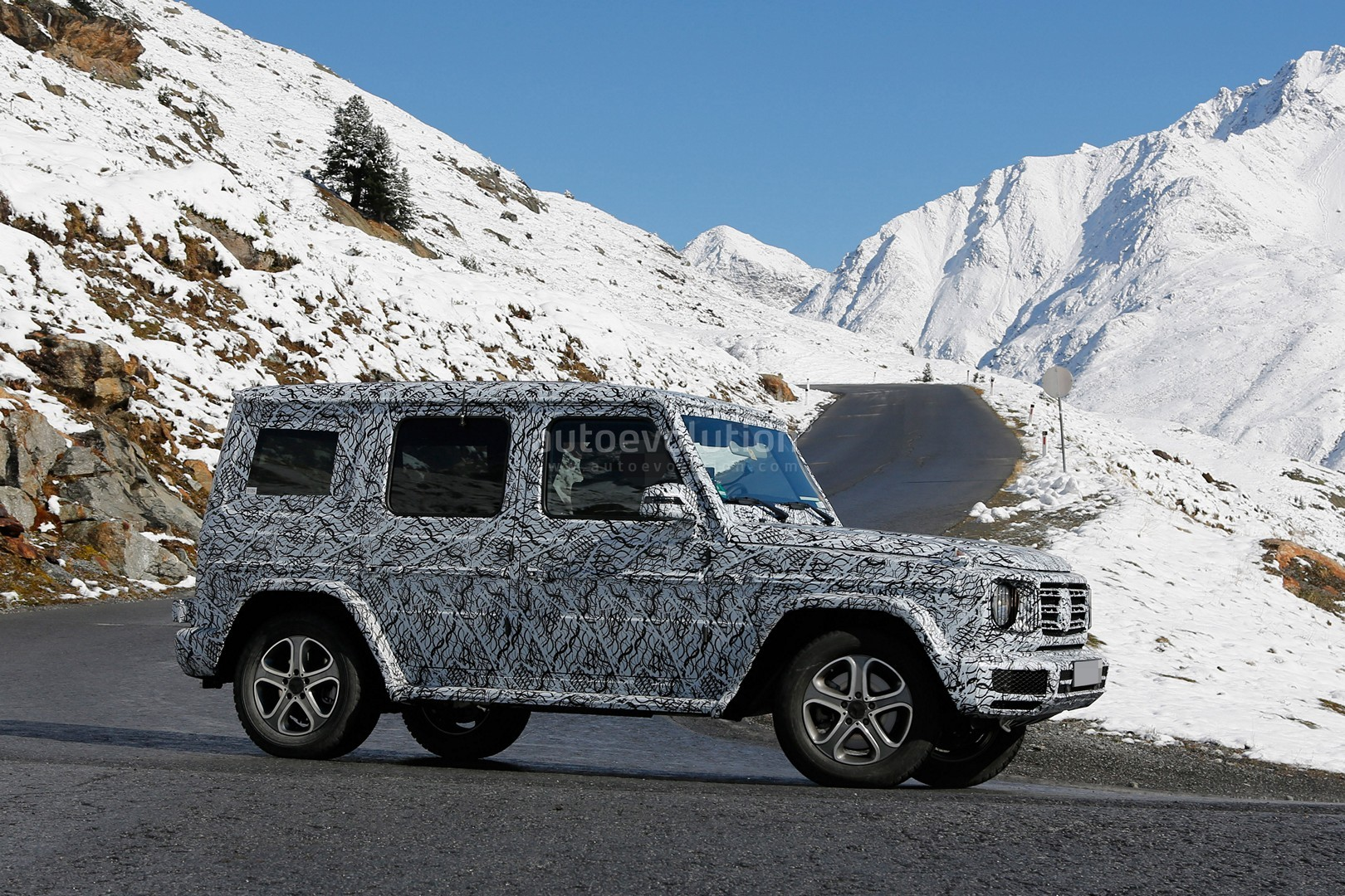 2017 - [Mercedes-Benz] Classe G II - Page 2 2018-mercedes-g-class-sees-snow-gets-ready-for-winter-testing_6