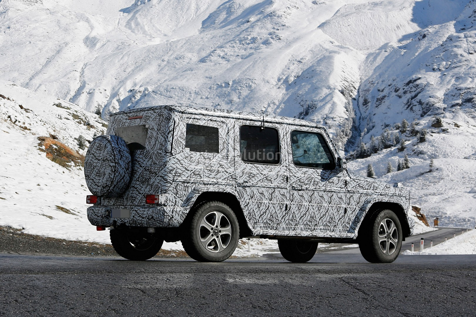 2017 - [Mercedes-Benz] Classe G II - Page 2 2018-mercedes-g-class-sees-snow-gets-ready-for-winter-testing_9
