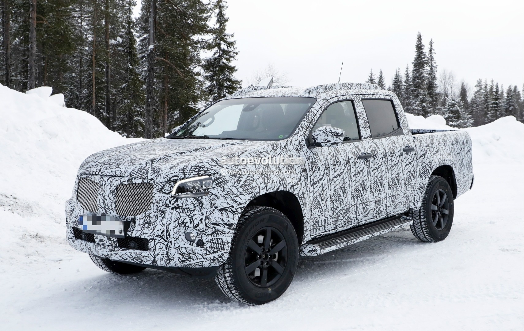 2017 - [Mercedes] Classe X Pickup - Page 3 2018-mercedes-x-class-truck-prototype-shows-production-lights-has-two-fuel-caps_1