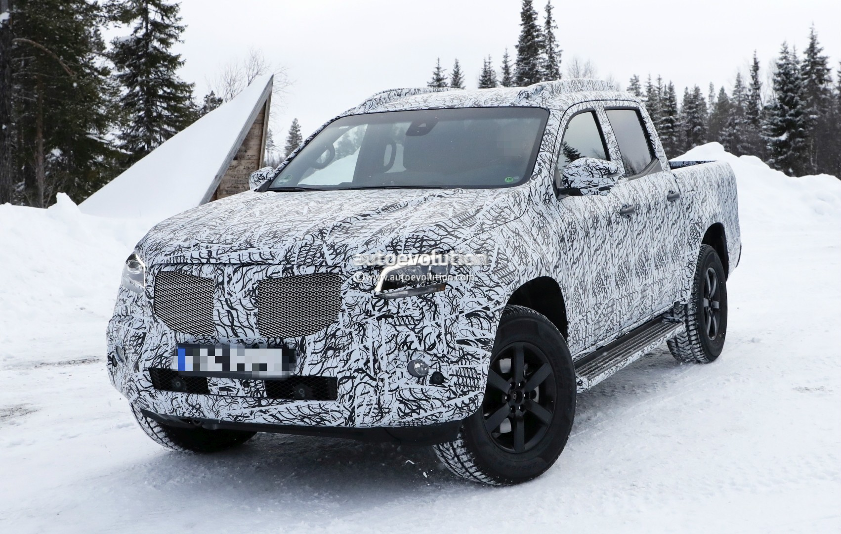 2017 - [Mercedes] Classe X Pickup - Page 3 2018-mercedes-x-class-truck-prototype-shows-production-lights-has-two-fuel-caps_2