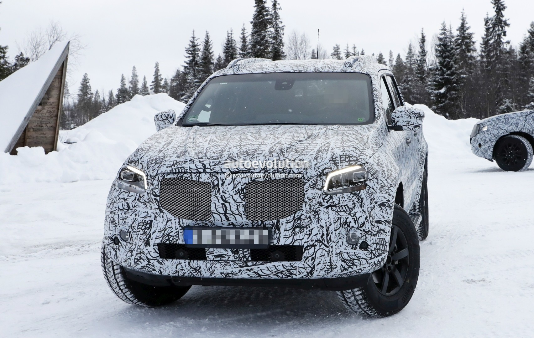 2017 - [Mercedes] Classe X Pickup - Page 3 2018-mercedes-x-class-truck-prototype-shows-production-lights-has-two-fuel-caps_3