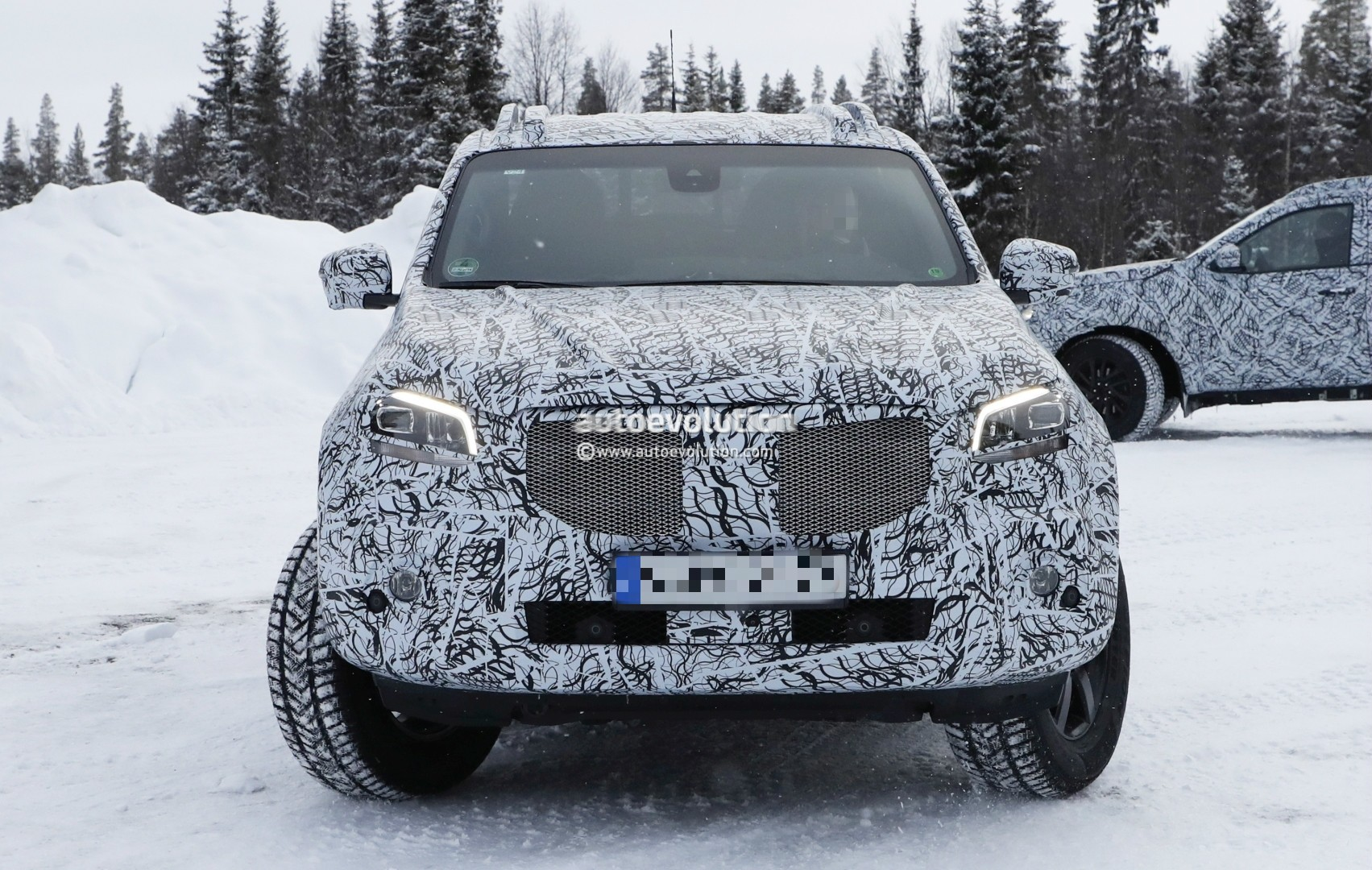 2017 - [Mercedes] Classe X Pickup - Page 3 2018-mercedes-x-class-truck-prototype-shows-production-lights-has-two-fuel-caps_4