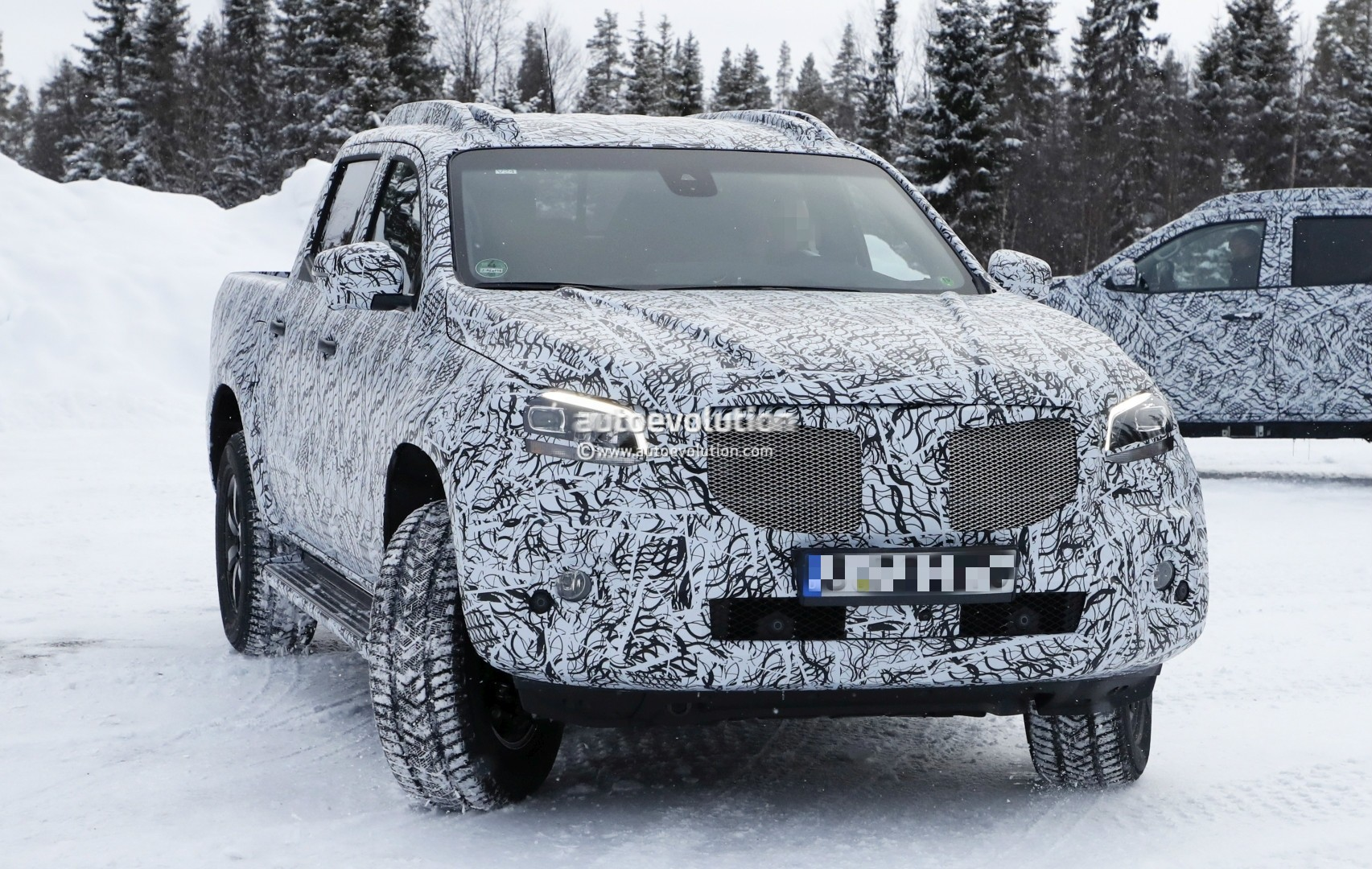 2017 - [Mercedes] Classe X Pickup - Page 3 2018-mercedes-x-class-truck-prototype-shows-production-lights-has-two-fuel-caps_5